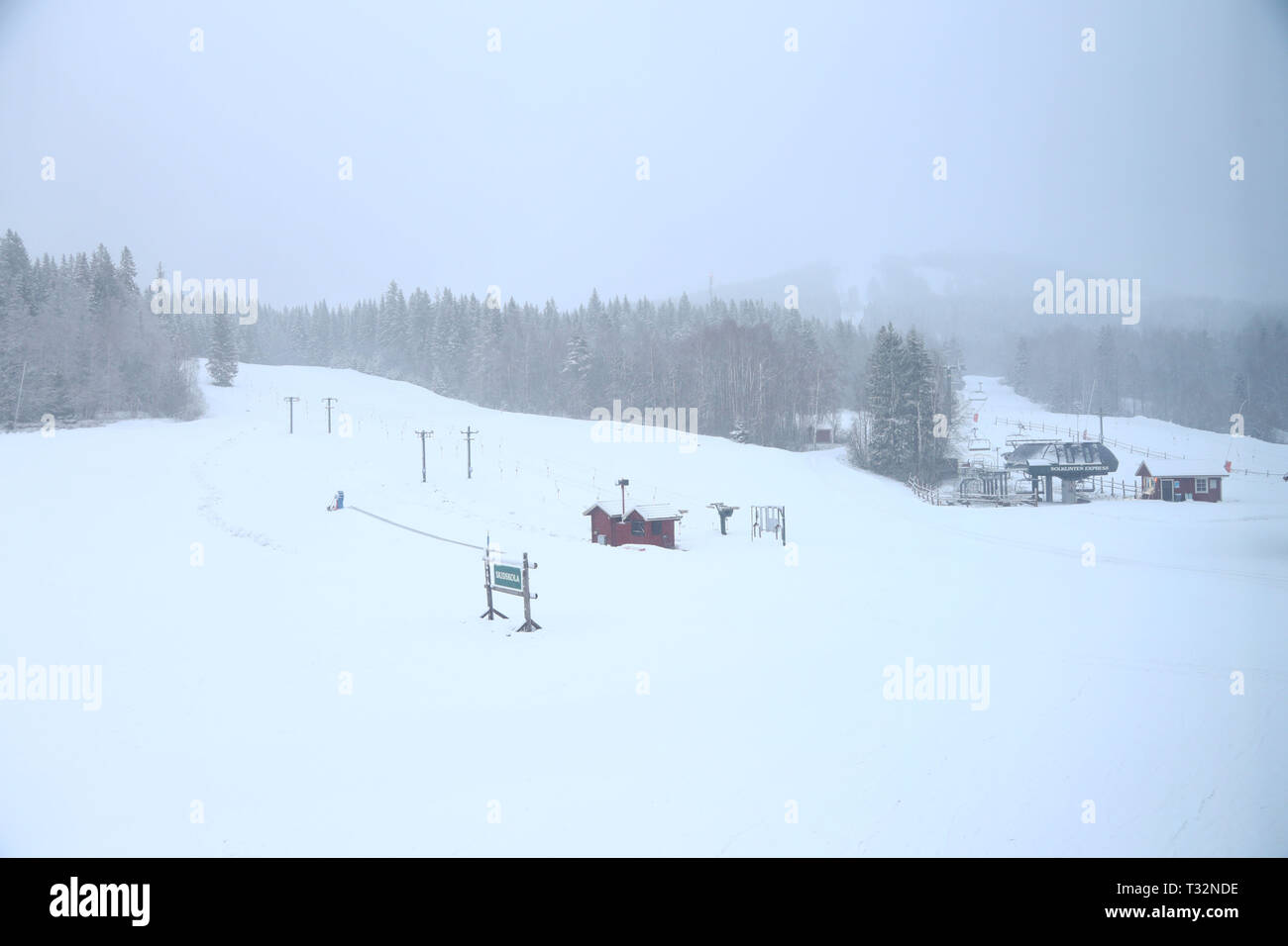 Sellnäs, Sweden 20190405 Snowstorm in Dalarna on Friday evening. Piste machines on duty in the slopes at Romme Alpin during the snowfall on Friday evening. Photo Jeppe Gustafsson - Stock Image