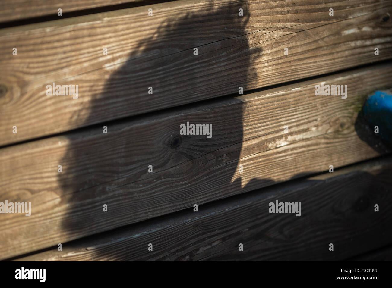 Schatten eines Kindes auf dem Kinderspielplatz. Stock Photo