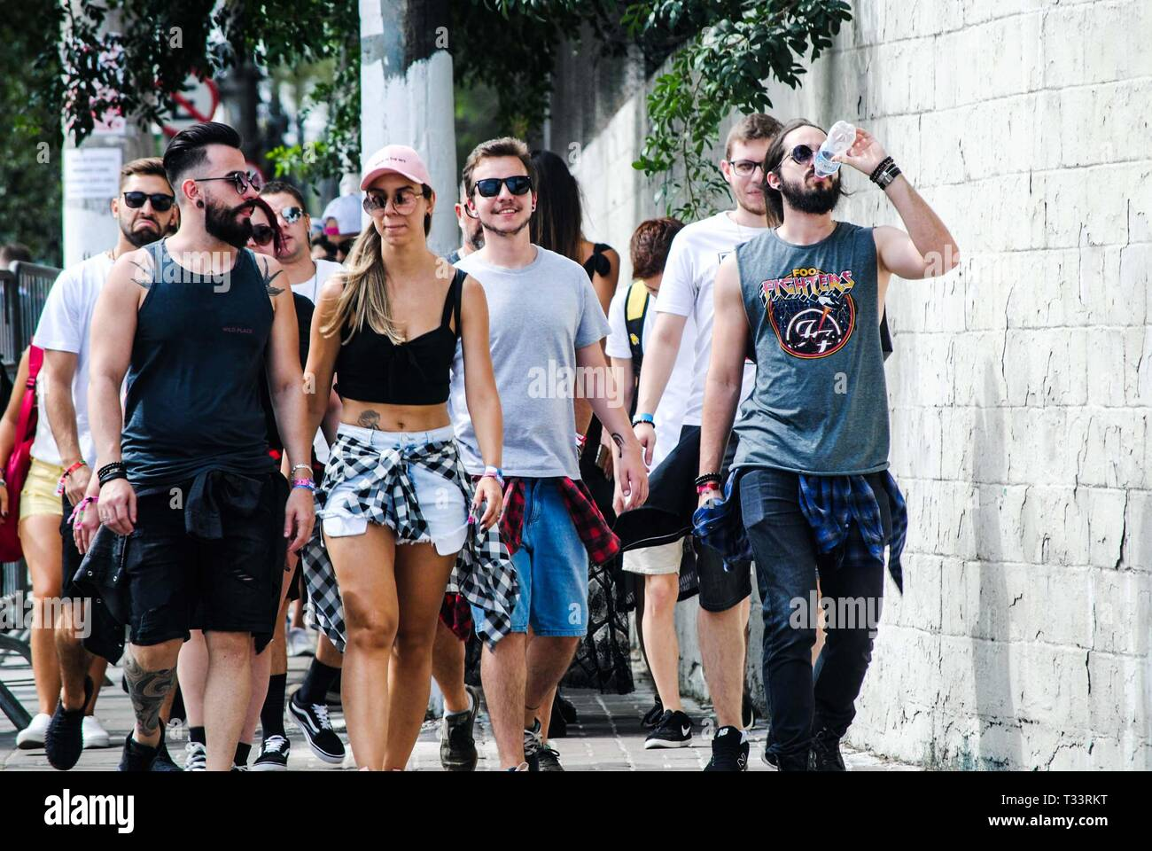 Soa Paulo, Brazil. 05th Apr, 2019. Movement in front of the Autodromo de Interlagos, South Zone of São Paulo (SP), on the morning of this Friday (5), the first day of the Lollapalooza 2019. Credit: Adeleke Anthony Fote/Pacific Press/Alamy Live News - Stock Image