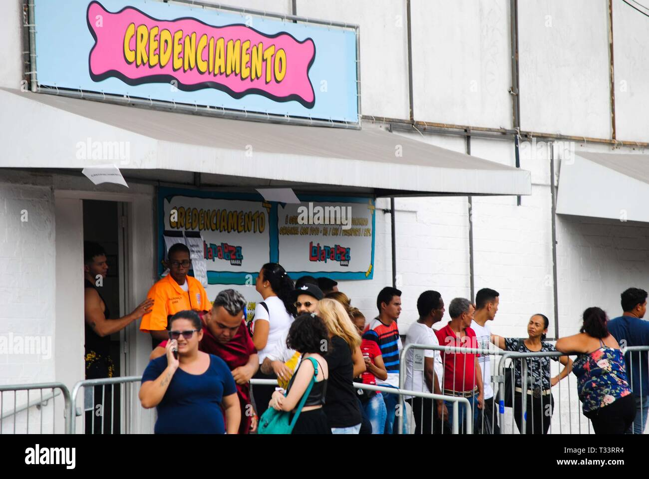 Sao Paulo, Brazil. 05th Apr, 2019. Movement in front of the Autodromo de Interlagos, South Zone of São Paulo (SP), on the morning of this Friday (5), the first day of the Lollapalooza 2019. Credit: Adeleke Anthony Fote/Pacific Press/Alamy Live News - Stock Image