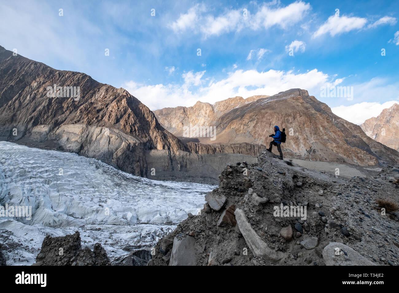 Man photographing the Passu Glacier, Gilgit-Baltistan, Pakistan - Stock Image