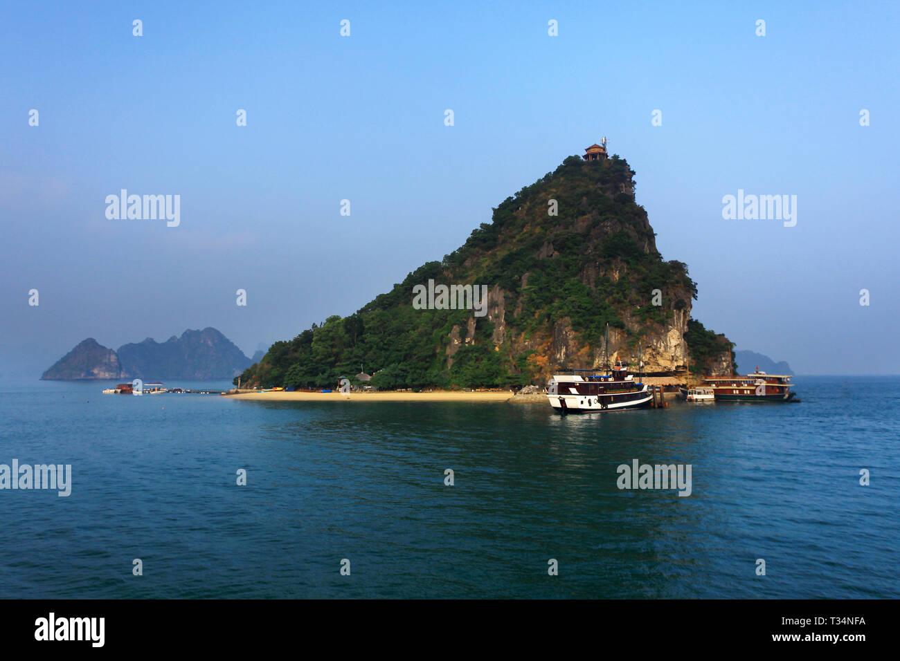 Boats anchored in Ha Long Bay, Quang Ninh Province, Vietnam Stock Photo