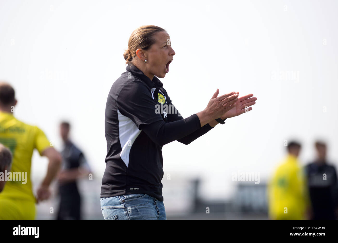 Straelen, Germany. 06th Apr, 2019. Soccer: Regionalliga West, SV Straelen - SC Verl, 28th matchday. Inka Grings, coach of SV Straelen, claps her hands. Grings is the first woman to take on a coaching position in the regional fourth division. Credit: Bernd Thissen/dpa/Alamy Live News - Stock Image