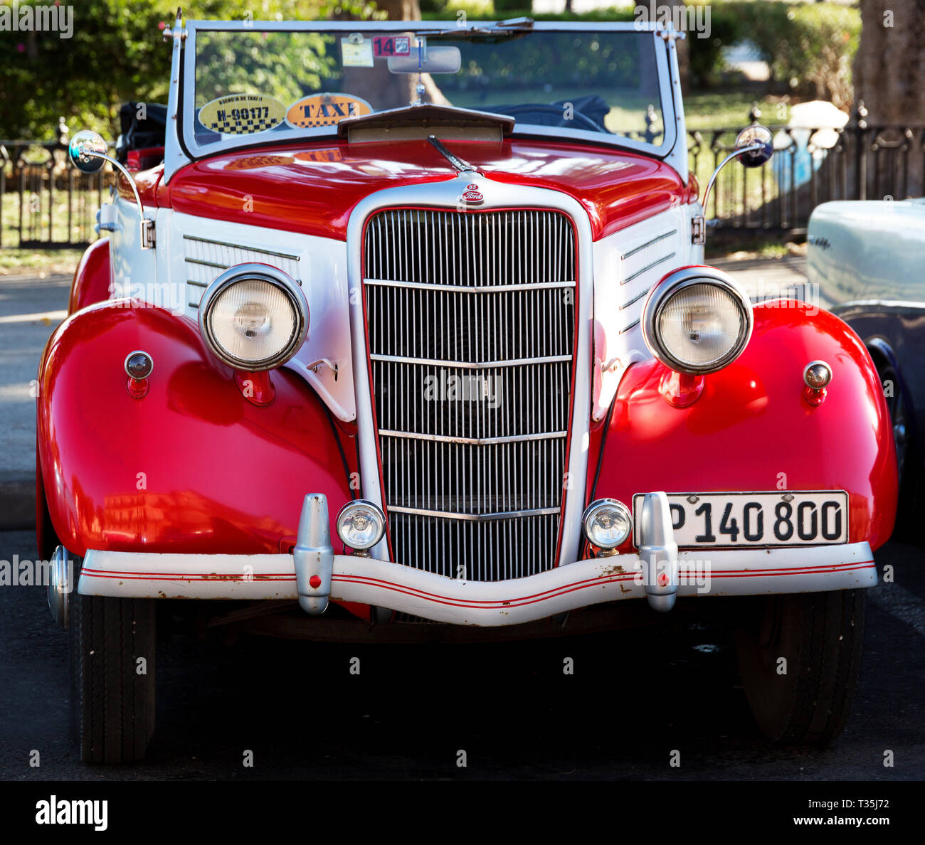 1935 Ford Convertible two tone red and white parked in Havana, Ford - Stock Image