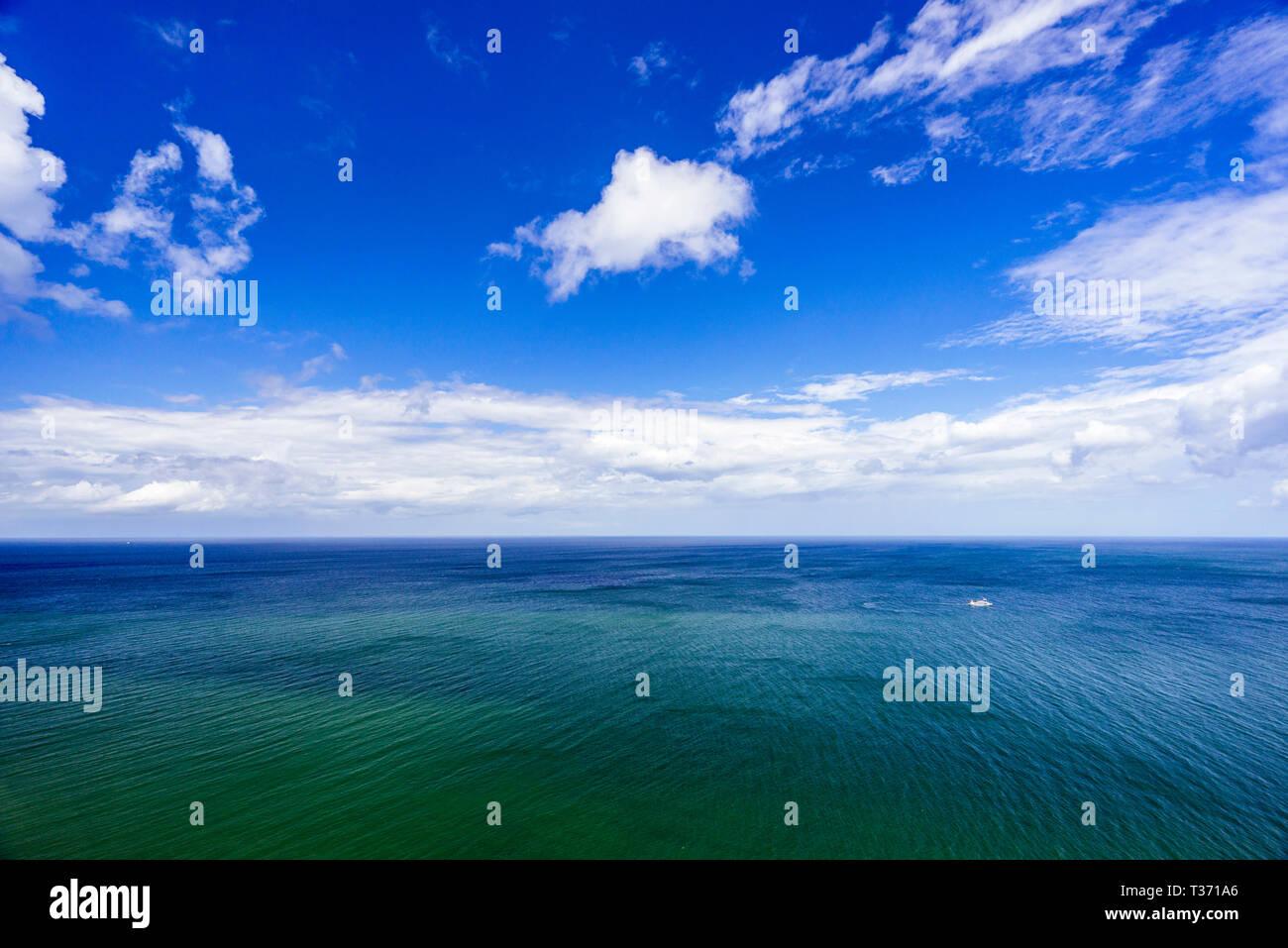 Ostsee, Meer, schiff, schifffahrt, wolken himmel, blau, wasser, wellen landschaft, see, natur, idzllisch, copy space, textfreiraum, sommer - Stock Image