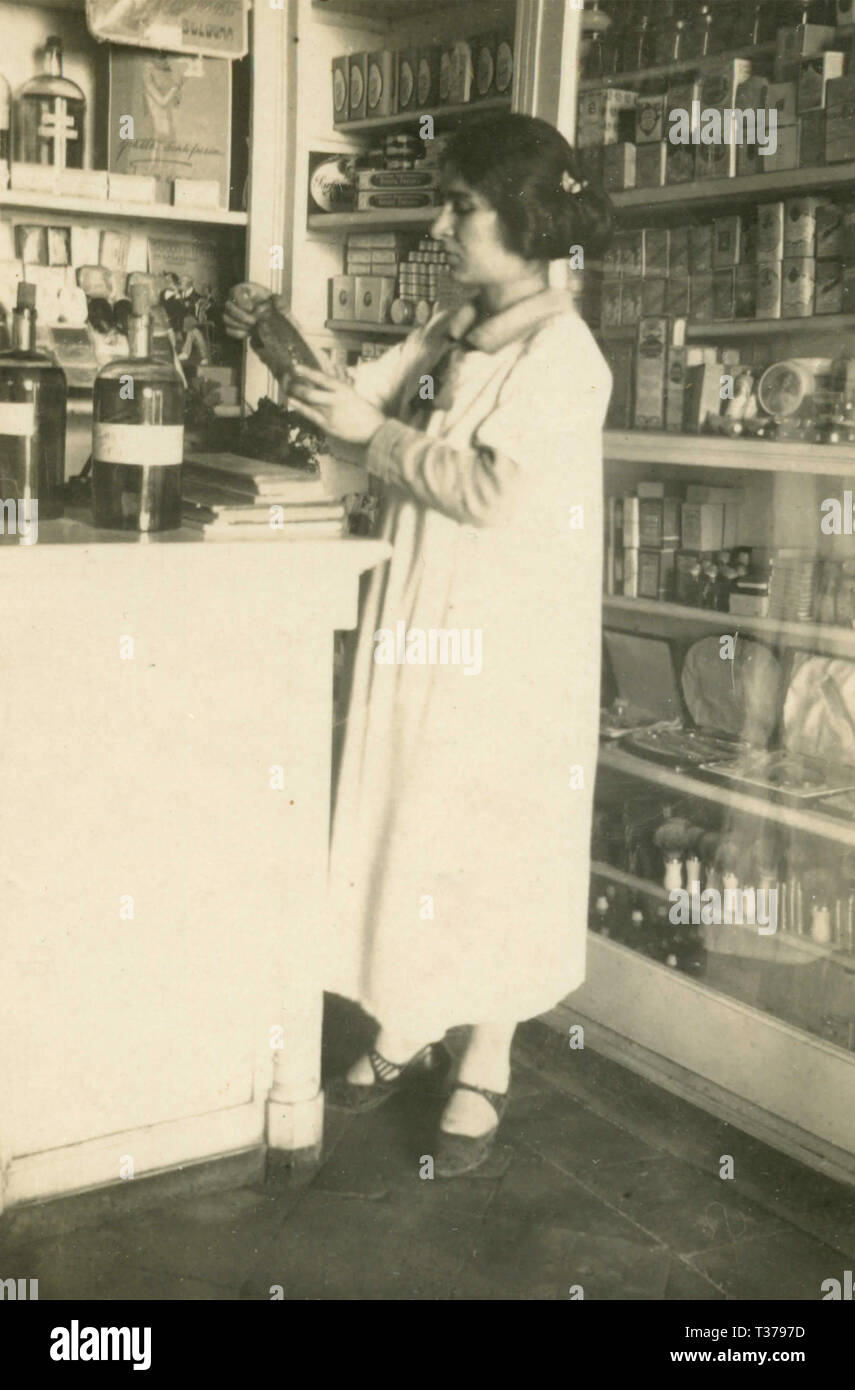 Woman pharmacist, 1930s - Stock Image