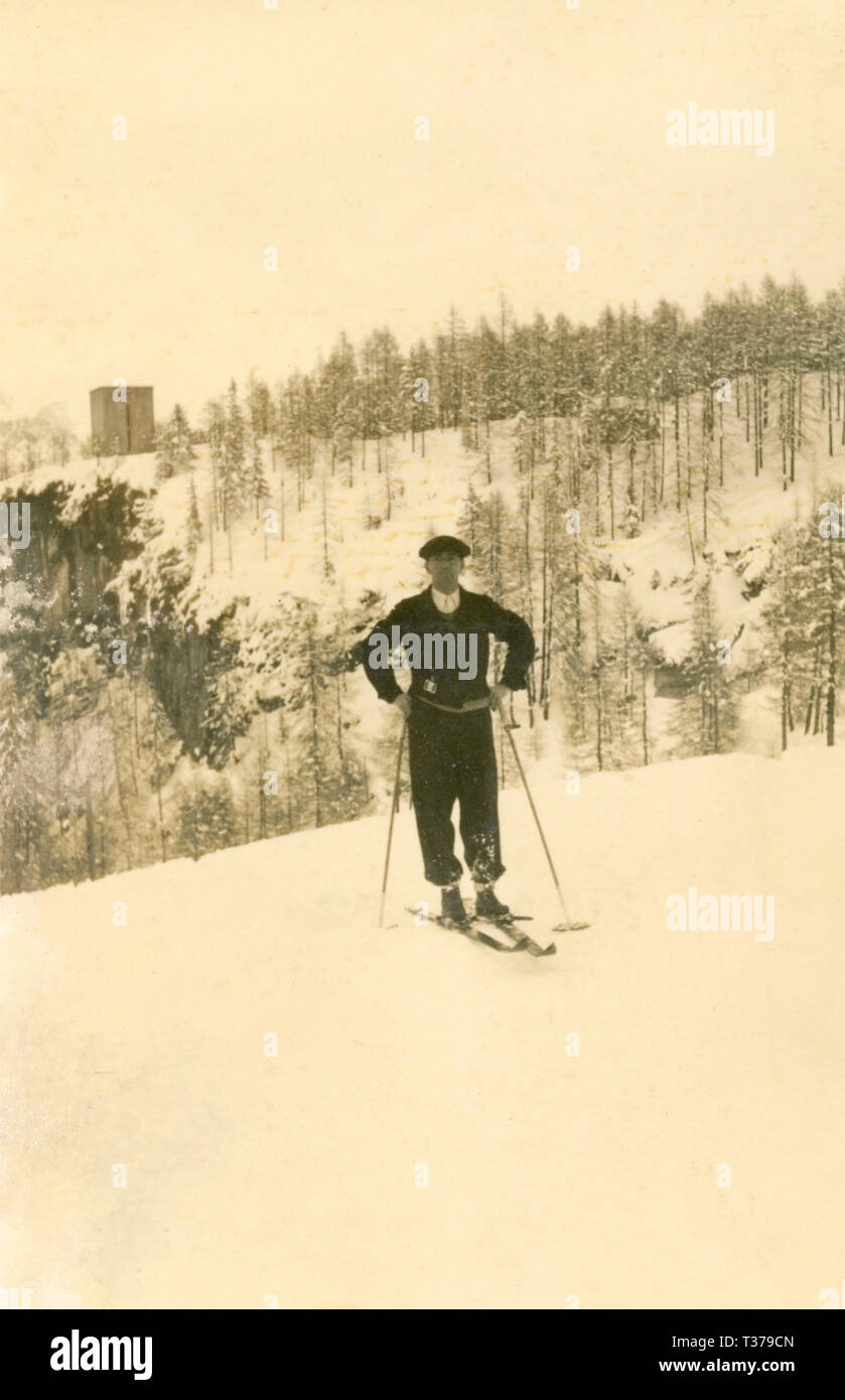 Man with the ski on the snow, Italy 1938 - Stock Image