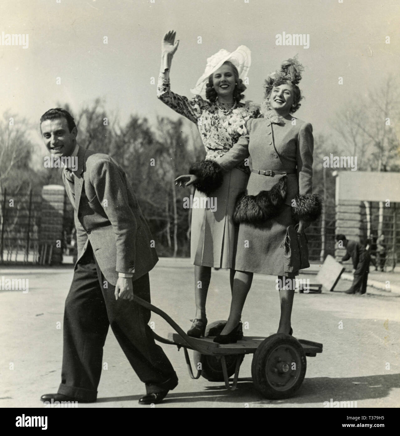 Italian actors Nunzio Filogamo, Marino, and Ruby Dalma during the movie 'C'è sempre un ma', Tirrenia, Italy 1942 - Stock Image