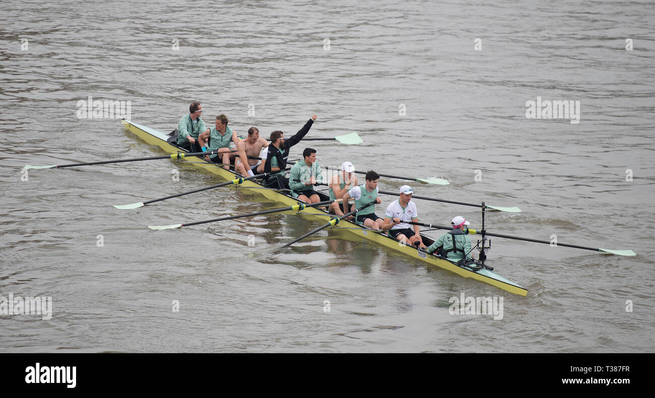 London, UK. 7th April, 2019. The annual Boat Race between Oxford and Cambridge University crews takes place on the 6.8 km River Thames Championship Course from Putney to Mortlake. Image: Cambridge Mens Blue Boat Crew: Dave Bell, James Cracknell, Grant Bitler, Dara Alizadeh, Callum Sullivan, Sam Hookway, Freddie Davidson, Natan Wegrzycki-Szymczyk (Stroke), Matthew Holland (Cox). Credit: Malcolm Park/Alamy Live News. Stock Photo