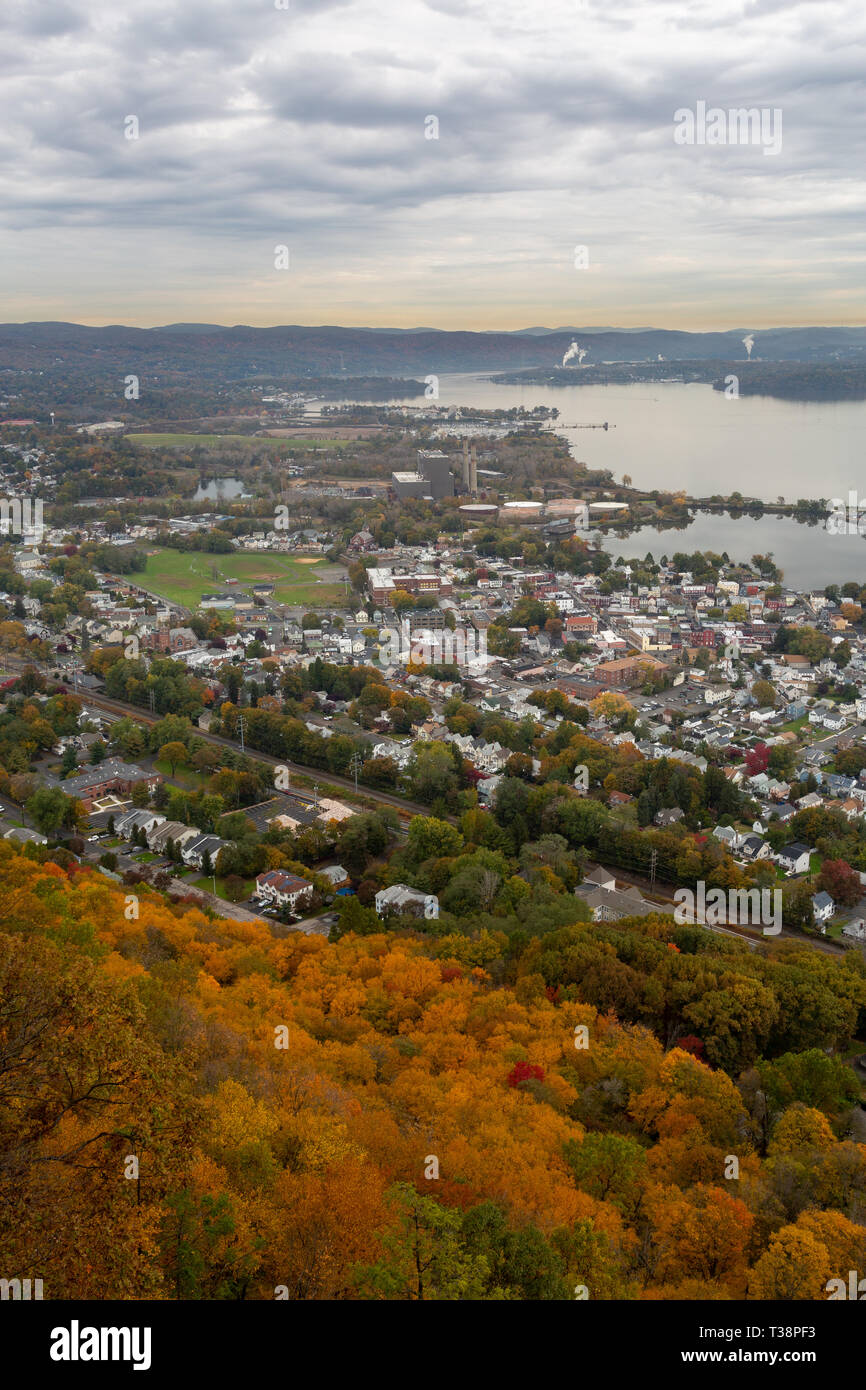 Fall leaves and autumn colors rising above the slopes of High Tor and the Hudson River Palisades above the town of Haverstraw along the Hudson River.  - Stock Image