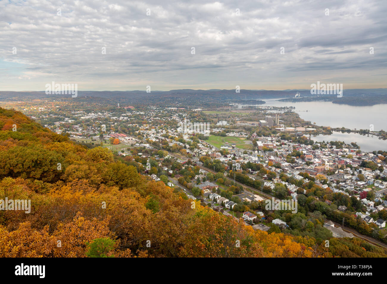 The town of Haverstraw along the Hudson River lying below High Tor Peak along the Hudson River Palisades. High Tor State Park, New York - Stock Image