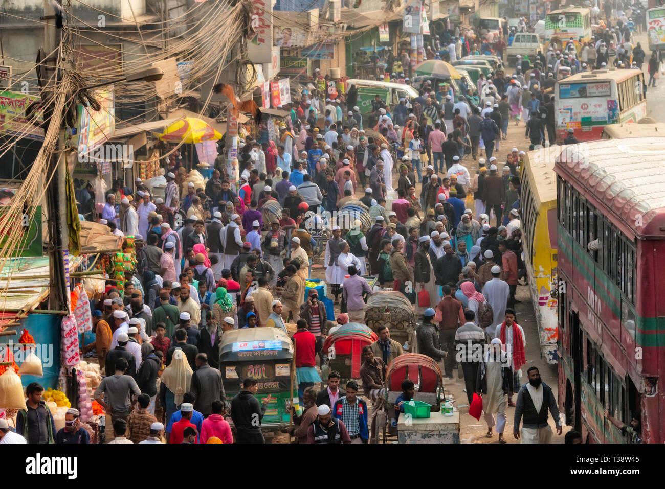 Busy street with crowds of people and buses, Dhaka, Bangladesh - Stock Image