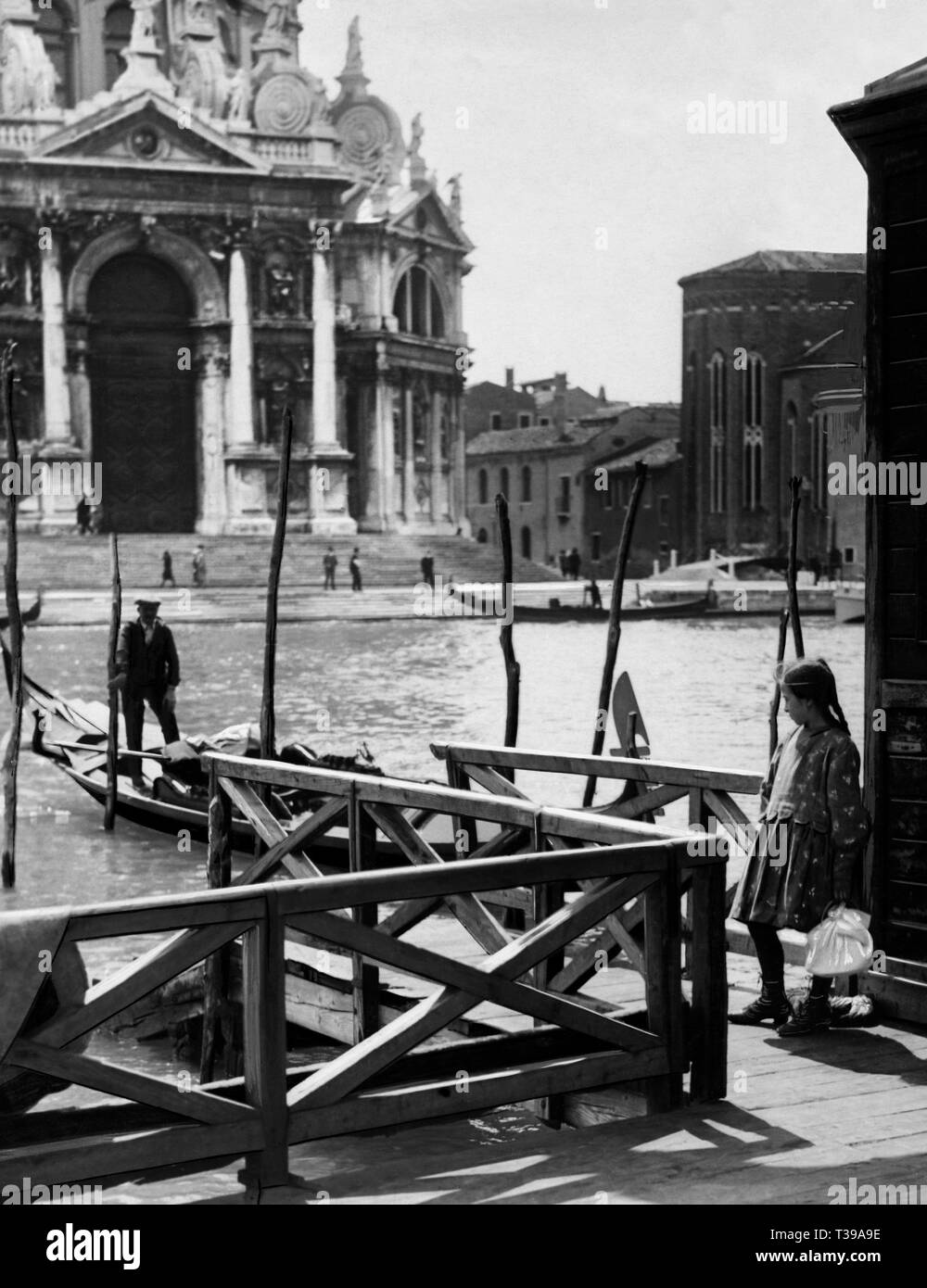 venice, ferry Trinity, a child brings breakfast to the gondolier, 1910-20 - Stock Image
