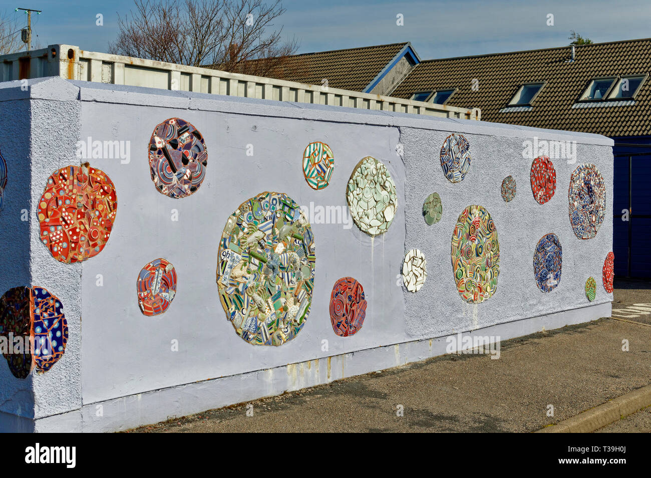 LOCHINVER SUTHERLAND SCOTLAND THE LOCHINVER HIGHLAND STONEWARE HOUSE OR STUDIO AND DECORATED WALL - Stock Image