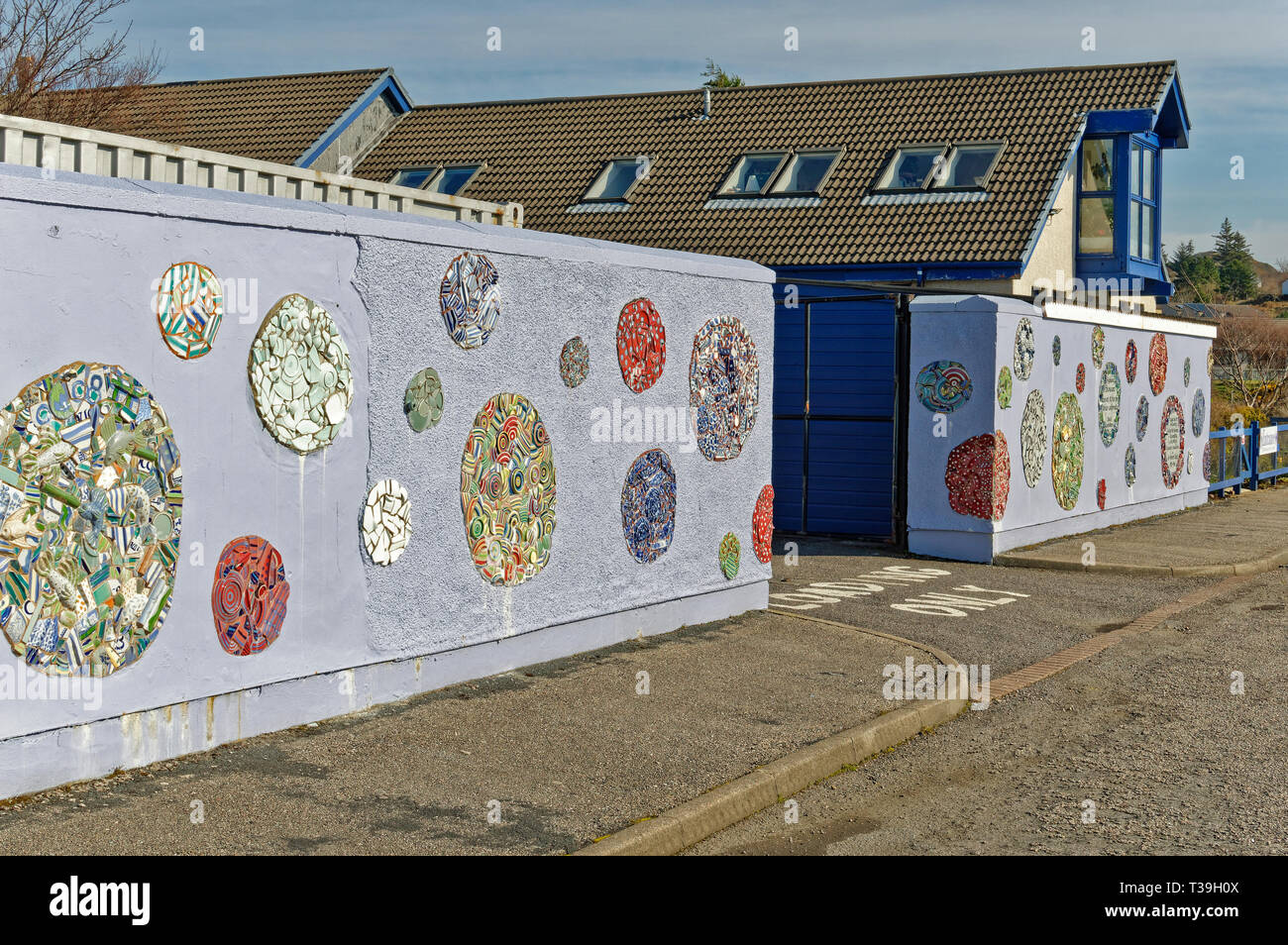 LOCHINVER SUTHERLAND SCOTLAND THE LOCHINVER HIGHLAND STONEWARE HOUSE OR STUDIO AND DECORATED WALLS - Stock Image