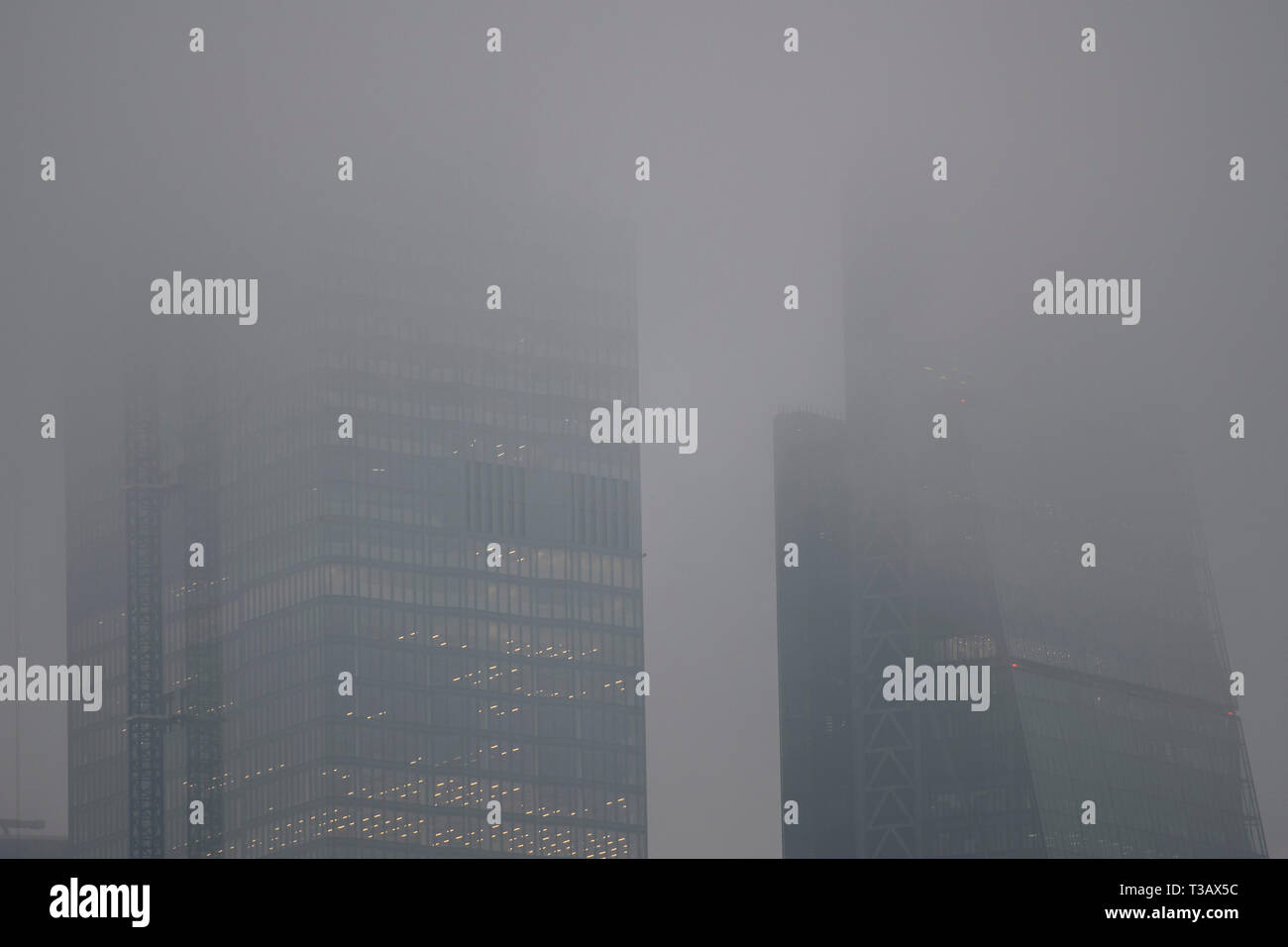 London, UK. 8th Apr 2019. TfL issues a warning to tube commuters that London is suffering high pollution levels today as above ground the city is shrouded in mist. Credit: Guy Bell/Alamy Live News - Stock Image