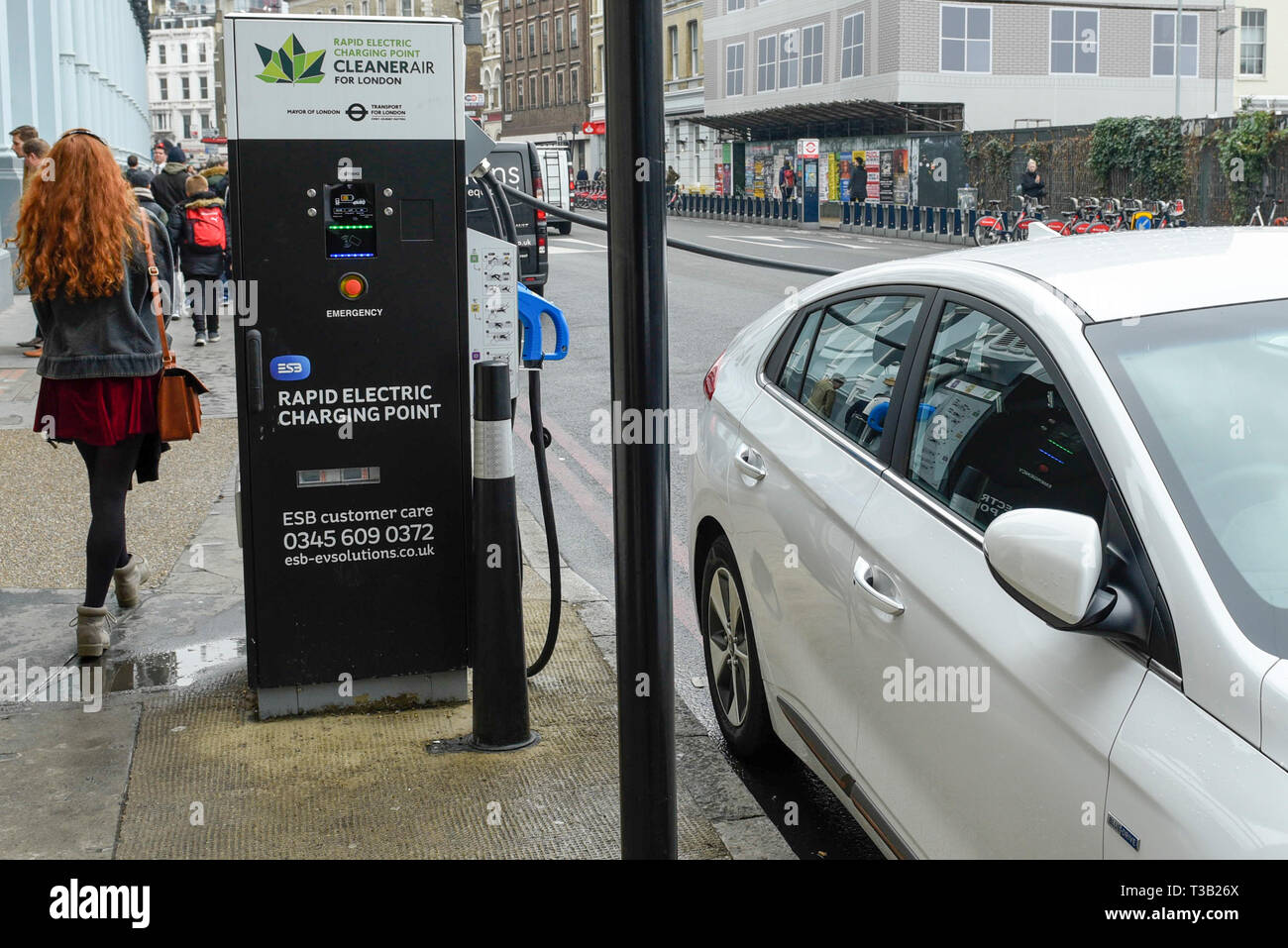 London, UK.  8 April 2019.  An electric car in Southwark is charged at a fast roadside charging point. Electric cars are exempt from the Ultra Low Emission Zone which is in force 24 hours a day.  Coming into effect on 8 April, within the same area of central London as the Congestion Charge, most vehicles, including cars and vans, need to meet the ULEZ emissions standards or their drivers must pay a daily charge to drive within the zone.  The ULEZ is an initiative to improve air quality and public health in central London and is supported by the Mayor of London. Credit: Stephen Chung / Alamy Li - Stock Image