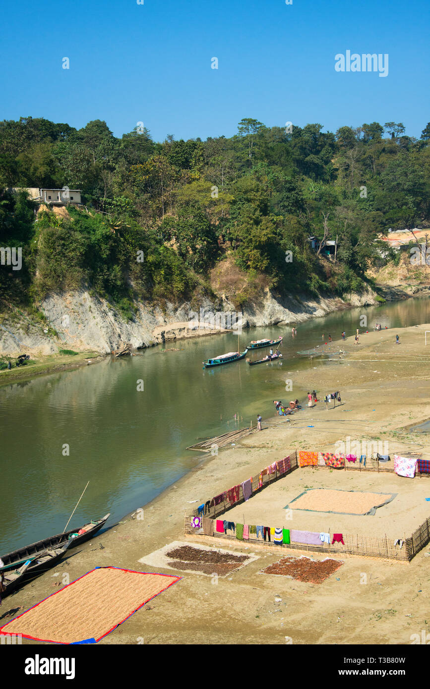 Boats and children along the riverbank of River Sangu, Bandarban, Chittagong Division, Bangladesh - Stock Image