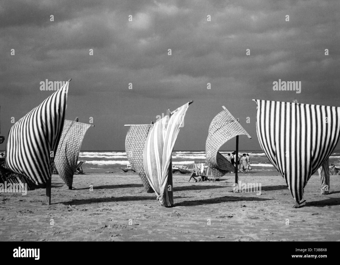 tents on the beach, italy, 1955 - Stock Image