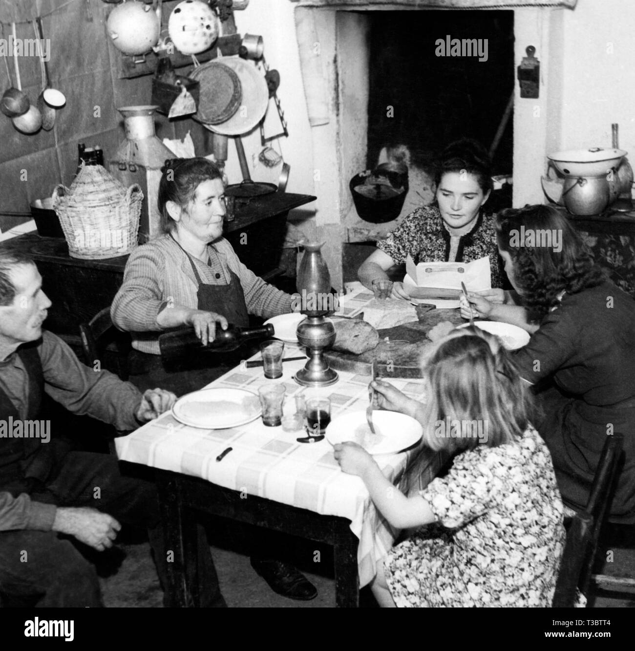 second world war, family reading the military mail, 1943 - Stock Image