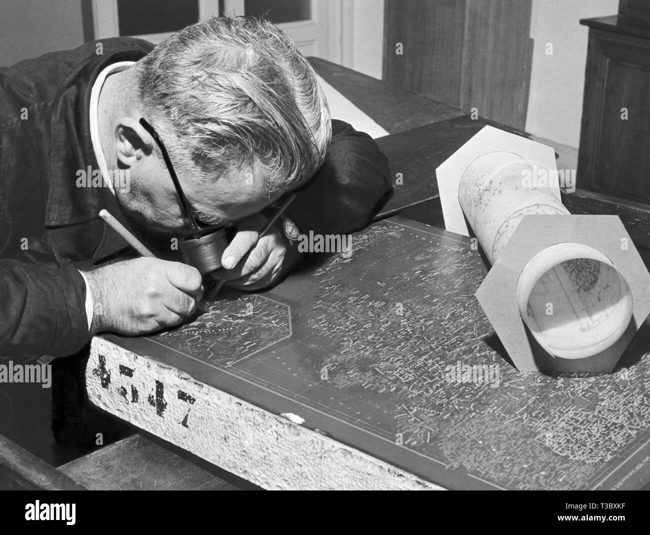 cartographic office, engraver, 1954 - Stock Image