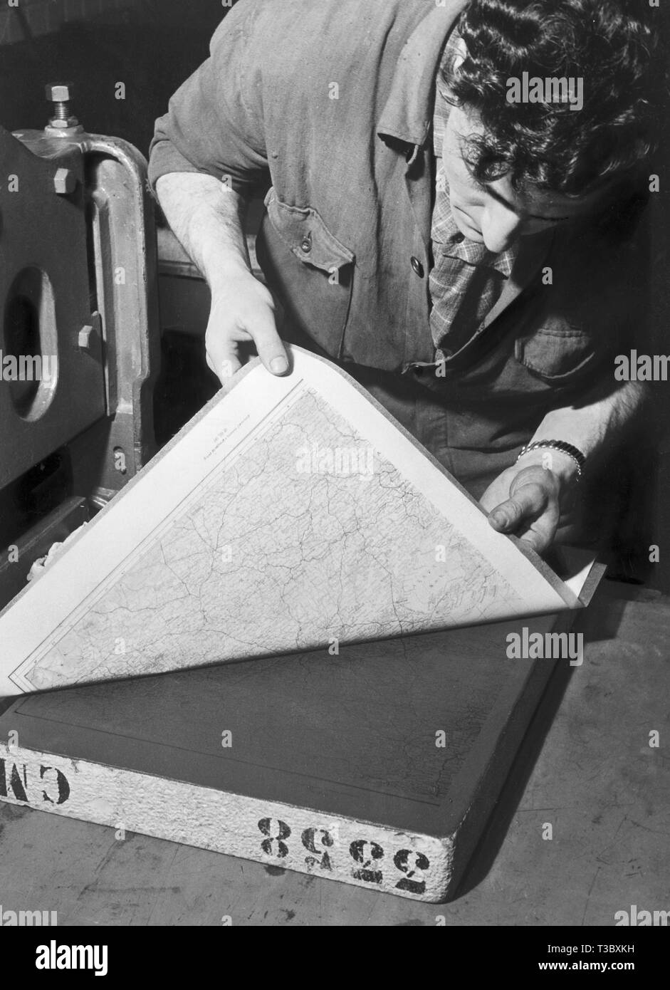 cartographic office, execution of a cast from a lithographic stone, 1954 - Stock Image