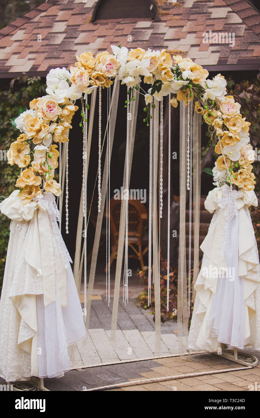Flowers decorate wedding arch - Stock Image