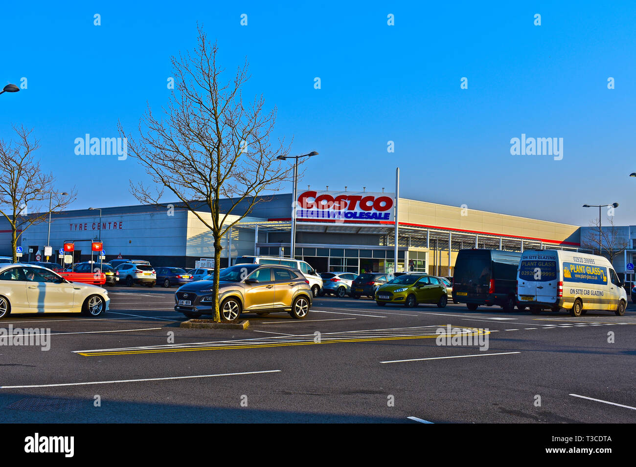 The front entrance to the Cardiff Costco store, a wholesale warehouse for food, electrical & other goods. Open to trade & members only. - Stock Image