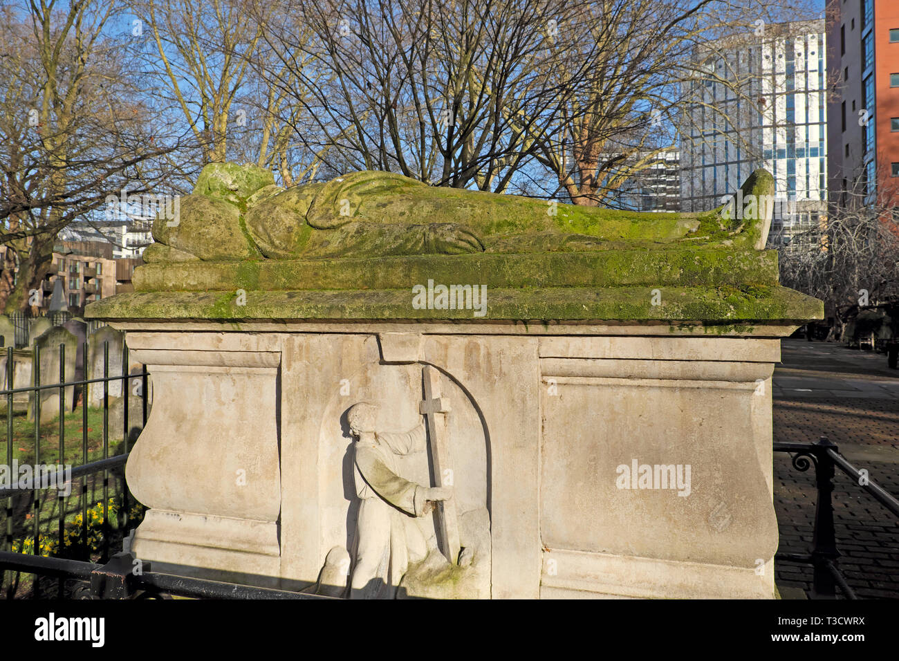 John Bunyan Puritan English author effigy and tombstone & pilgrim from Pilgrims Progress book in Bunhill Fields cemetery London UK  KATHY DEWITT - Stock Image