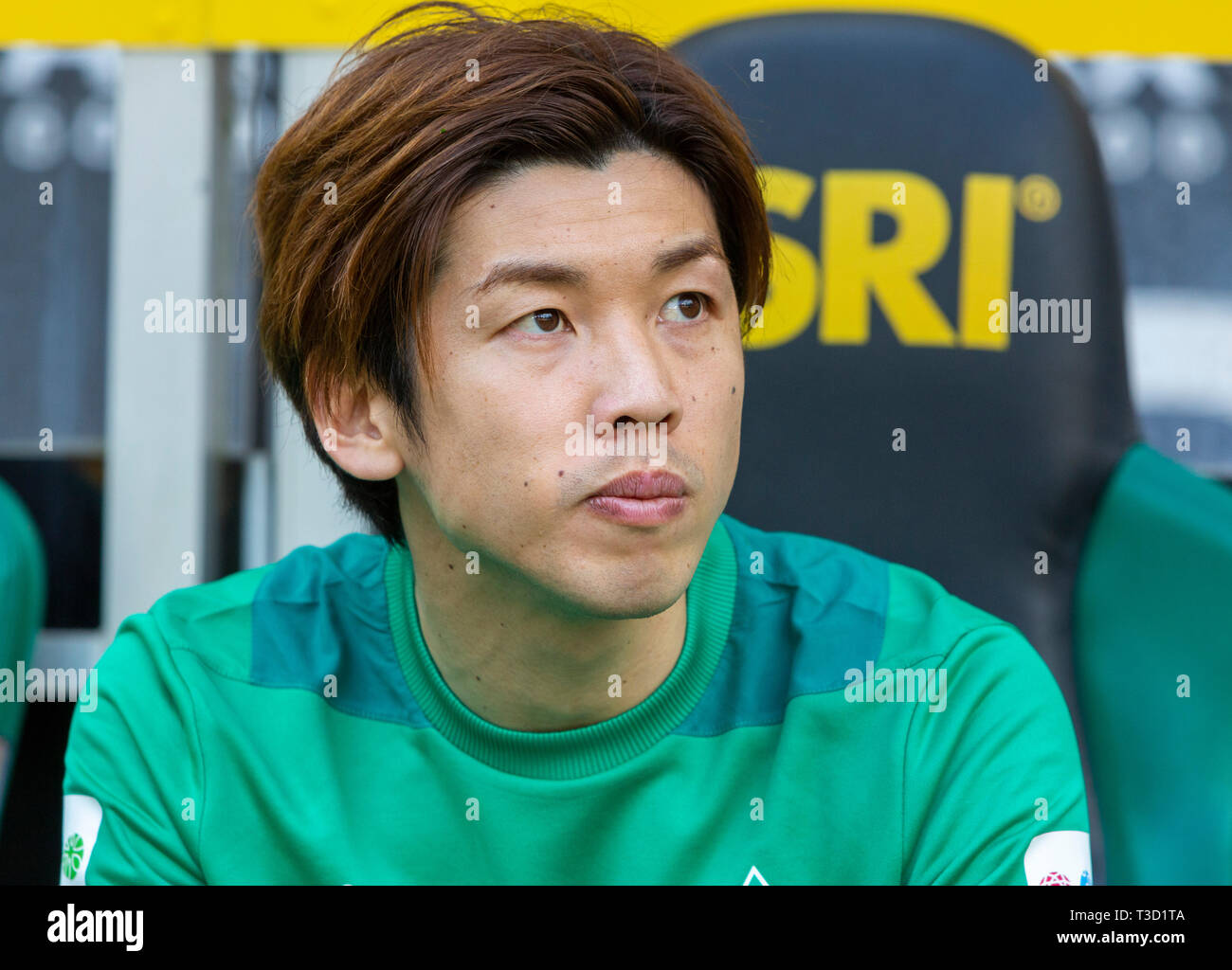 sports, football, Bundesliga, 2018/2019, Borussia Moenchengladbach vs SV Werder Bremen 1-1, Stadium Borussia Park, players bench, Yuya Osako (Bremen), DFL REGULATIONS PROHIBIT ANY USE OF PHOTOGRAPHS AS IMAGE SEQUENCES AND/OR QUASI-VIDEO - Stock Image