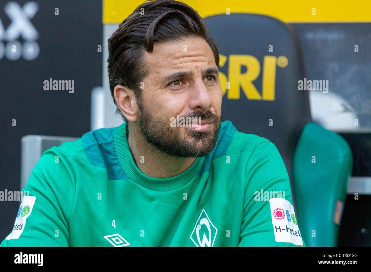 sports, football, Bundesliga, 2018/2019, Borussia Moenchengladbach vs SV Werder Bremen 1-1, Stadium Borussia Park, players bench, Claudio Pizarro (Bremen), DFL REGULATIONS PROHIBIT ANY USE OF PHOTOGRAPHS AS IMAGE SEQUENCES AND/OR QUASI-VIDEO - Stock Image