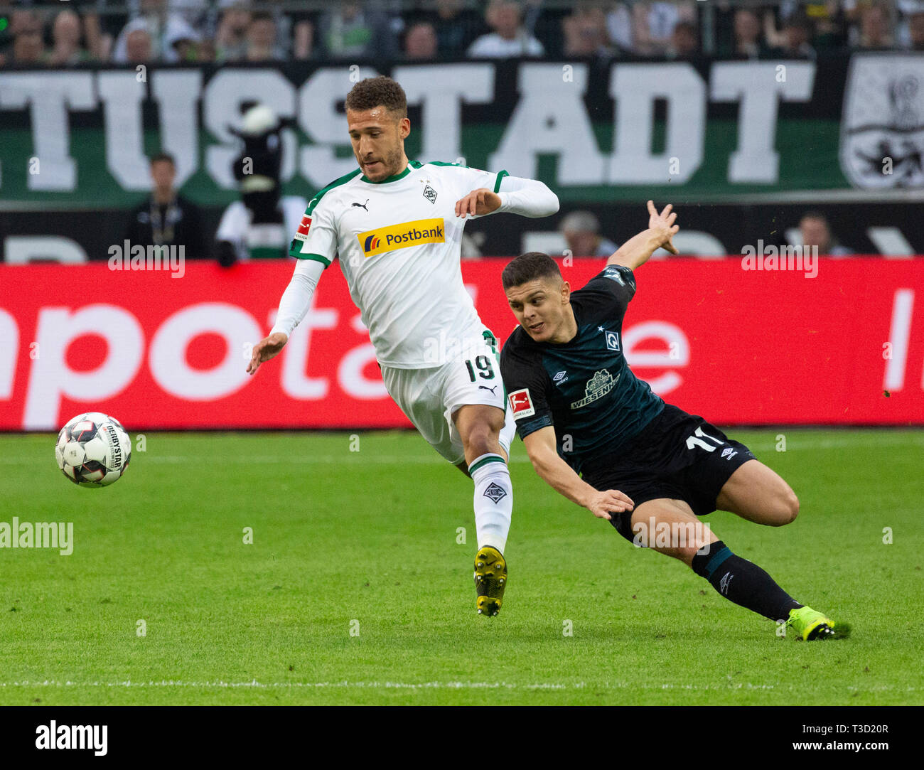 sports, football, Bundesliga, 2018/2019, Borussia Moenchengladbach vs SV Werder Bremen 1-1, Stadium Borussia Park, scene of the match, Fabian Johnson (MG) left and Milot Rashica (Bremen), DFL REGULATIONS PROHIBIT ANY USE OF PHOTOGRAPHS AS IMAGE SEQUENCES AND/OR QUASI-VIDEO - Stock Image