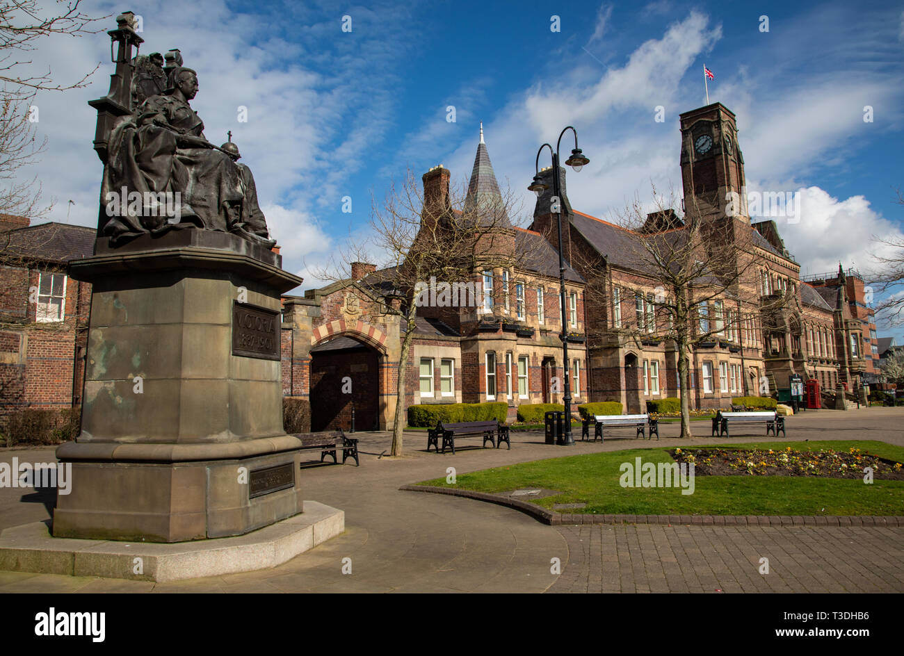 Statue of Queen Victoria on a throne and St Helens Town Hall in Victoria Square St Helens Merseyside England March 2019 Stock Photo