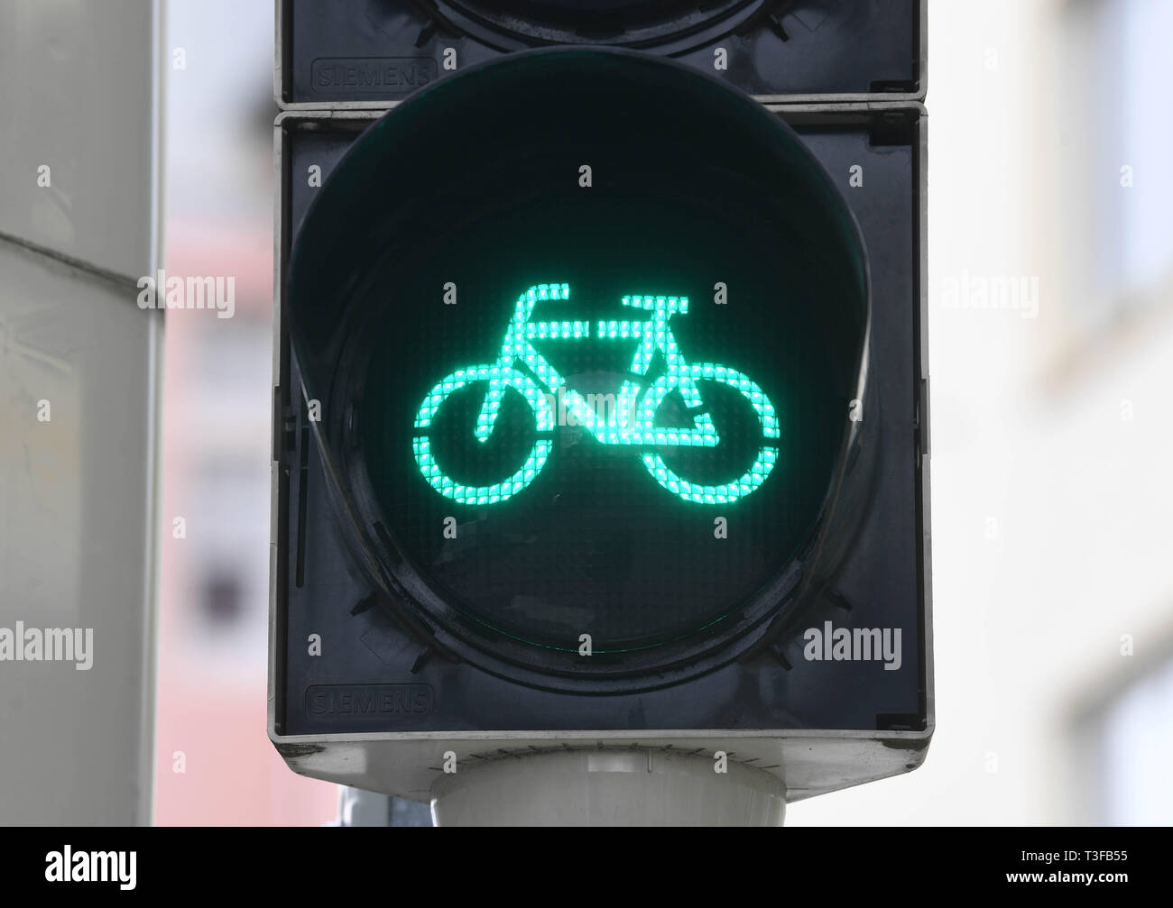 Karlsruhe, Germany. 08th Apr, 2019. A green bicycle traffic light, taken in the city centre of Karlsruhe. The Allgemeine Deutschze Fahrrad-Club (ADFC) wants to present how bicycle-friendly Baden-Württemberg's cities are. Credit: Uli Deck/dpa/Alamy Live News - Stock Image