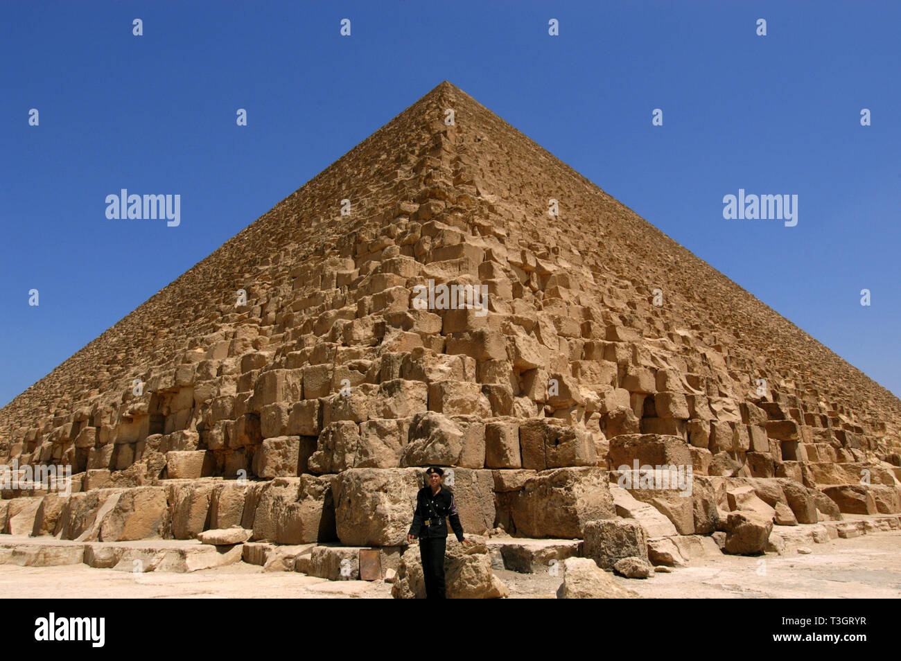 Egyptian policeman standing in front of a pyramid in Cairo, Egypt. - Stock Image