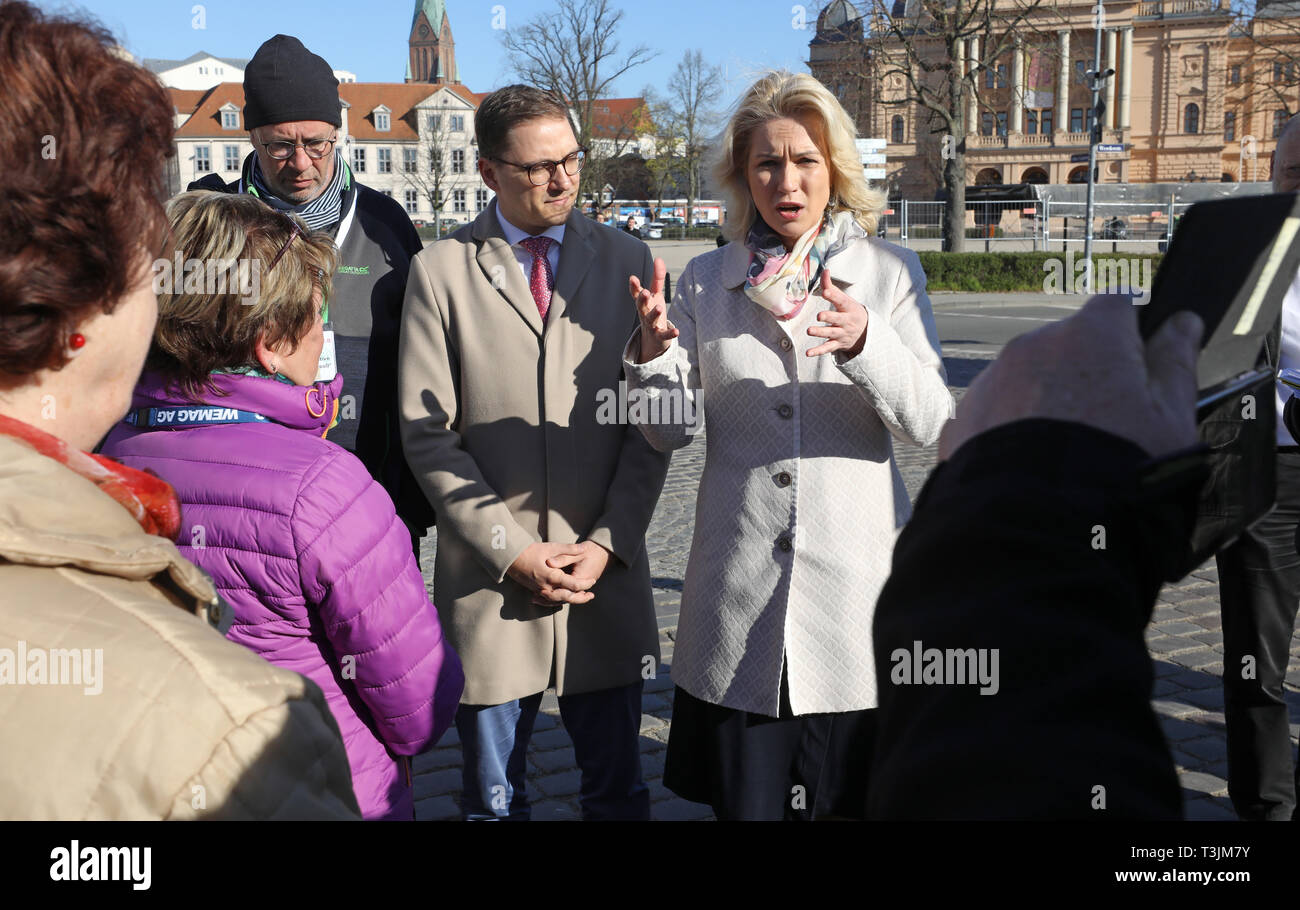 Schwerin, Germany. 10th Apr, 2019. Manuela Schwesig (r, SPD), Minister President, talks to citizens protesting against the planned form of the 'ground-breaking ceremony regulation' for road construction contributions before the start of the Landtag session. Next to her is Patrick Dahlemann (SPD), Vorpommern State Secretary. So far, all measures that began after 01.01.18 are to be exempted. The demonstrators demand that also the measures which started before, but have not been settled by 01.01l2018, be exempted. Credit: Bernd Wüstneck/dpa/ZB/dpa/Alamy Live News - Stock Image