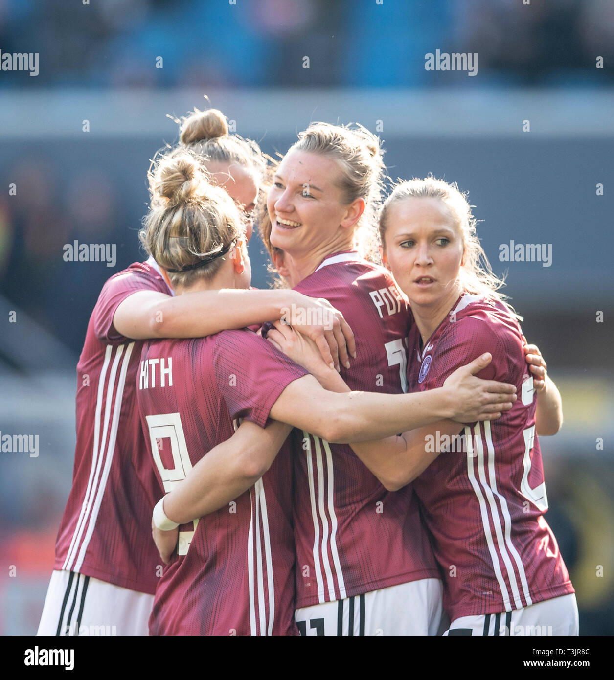 Paderborn, Germany. 09th Apr, 2019. jubilation GER for goalkeeper Alexandra POPP (GER / withte) after the goal to 1: 1, r. Turid KNAAK (GER) Soccer National Team Women Friendlies, Germany (GER) - Japan (JPN), on 09/04/2019 in Paderborn / Germany. | Usage worldwide Credit: dpa picture alliance/Alamy Live News - Stock Image