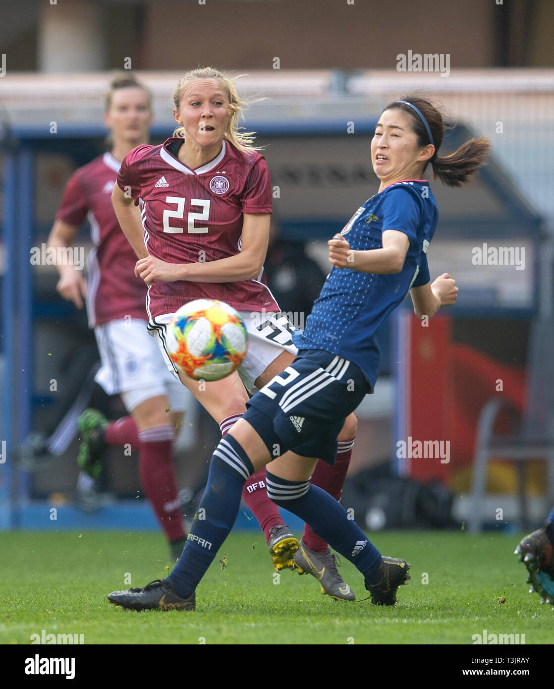 Paderborn, Germany. 09th Apr, 2019. Turid KNAAK (GER) in duels versus Risa SHIMIZU r. (JPN), Action, Soccer National Team Women Friendly Match, Germany (GER) - Japan (JPN) 2: 2, on 09/04/2019 in Paderborn / Germany. | Usage worldwide Credit: dpa picture alliance/Alamy Live News - Stock Image