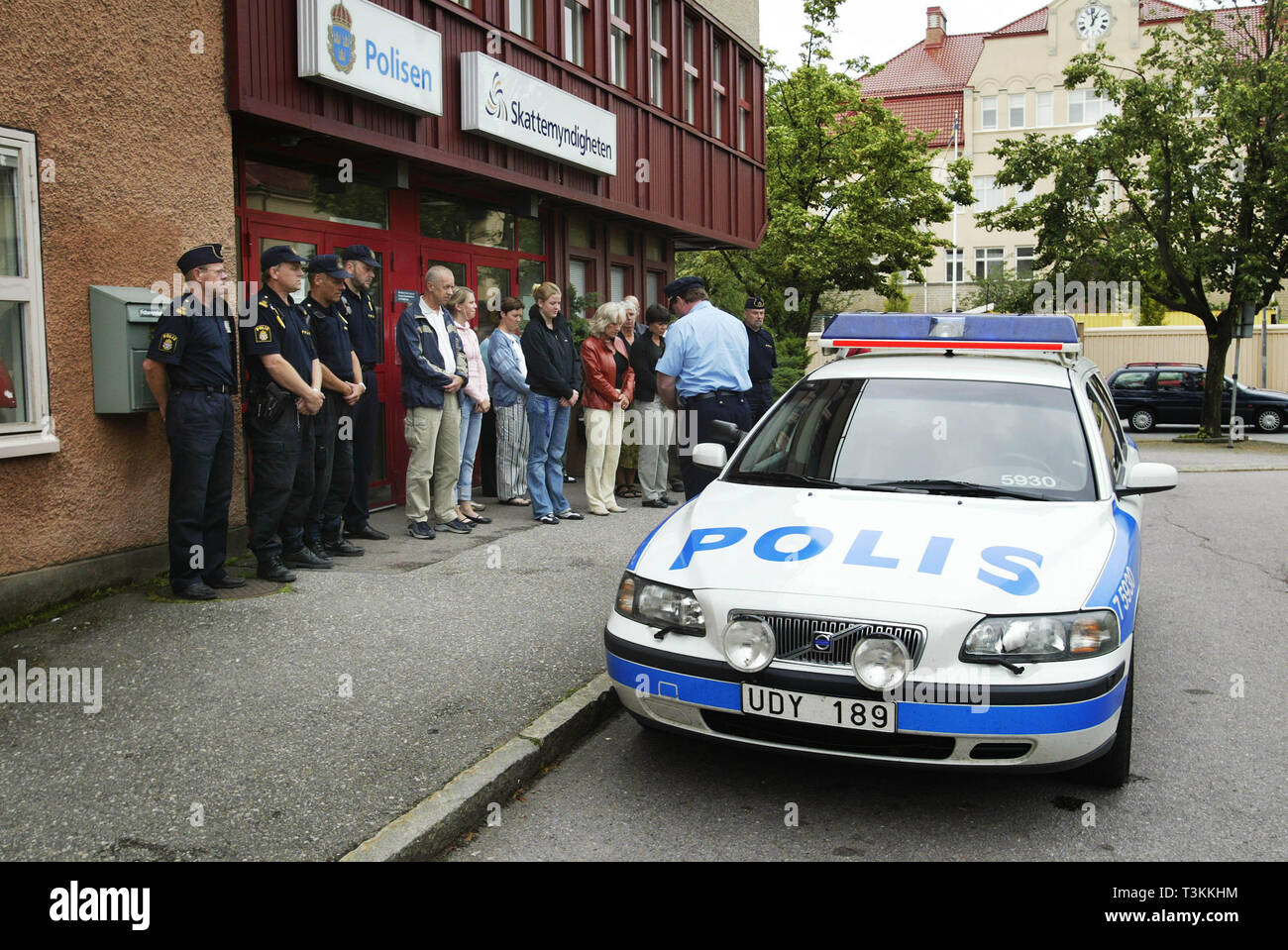 MOTALA 2004 Police officers outside the police station in Motala who hold a silent minute for the murdered colleague in Dalarna. Photo Jeppe Gustafsson - Stock Image