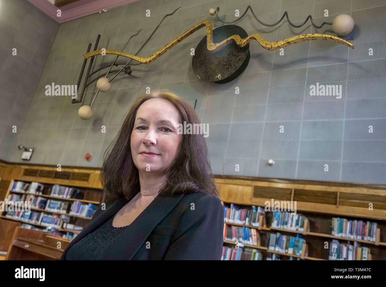 Artwork Adagio at Liverpool University Harold Cohen library. Artist Marianne Forrest seen with Adagio the 30ft kinetic sculpture - Stock Image
