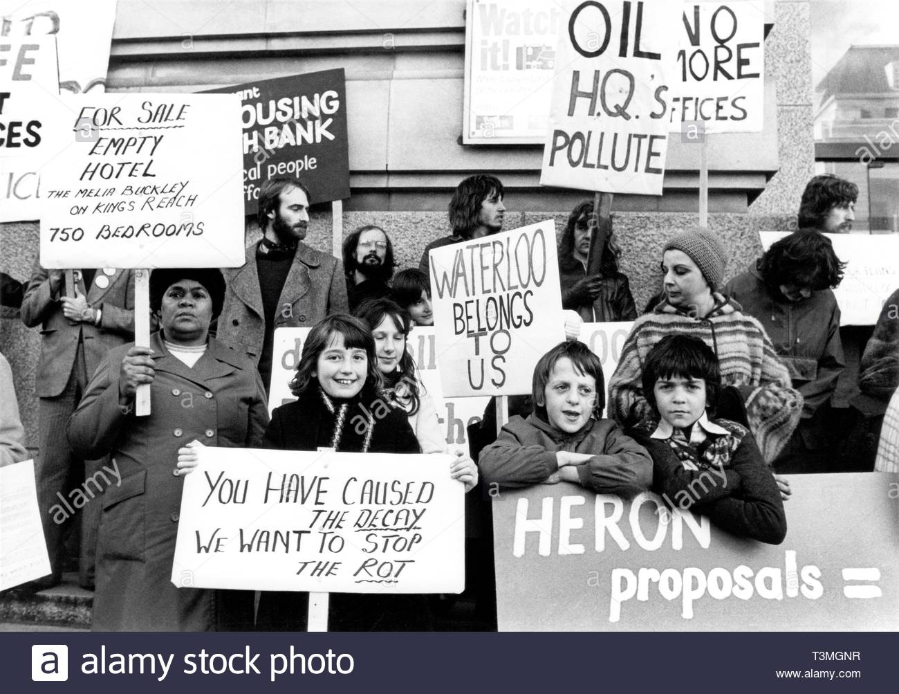 On the steps of County Hall, London, local residents of Waterloo protest about plans by the GLC (Greater London Council) to allow a hotel and offices to be built on the Coin Street sites of London's South Bank. 15 November 1977 - Stock Image