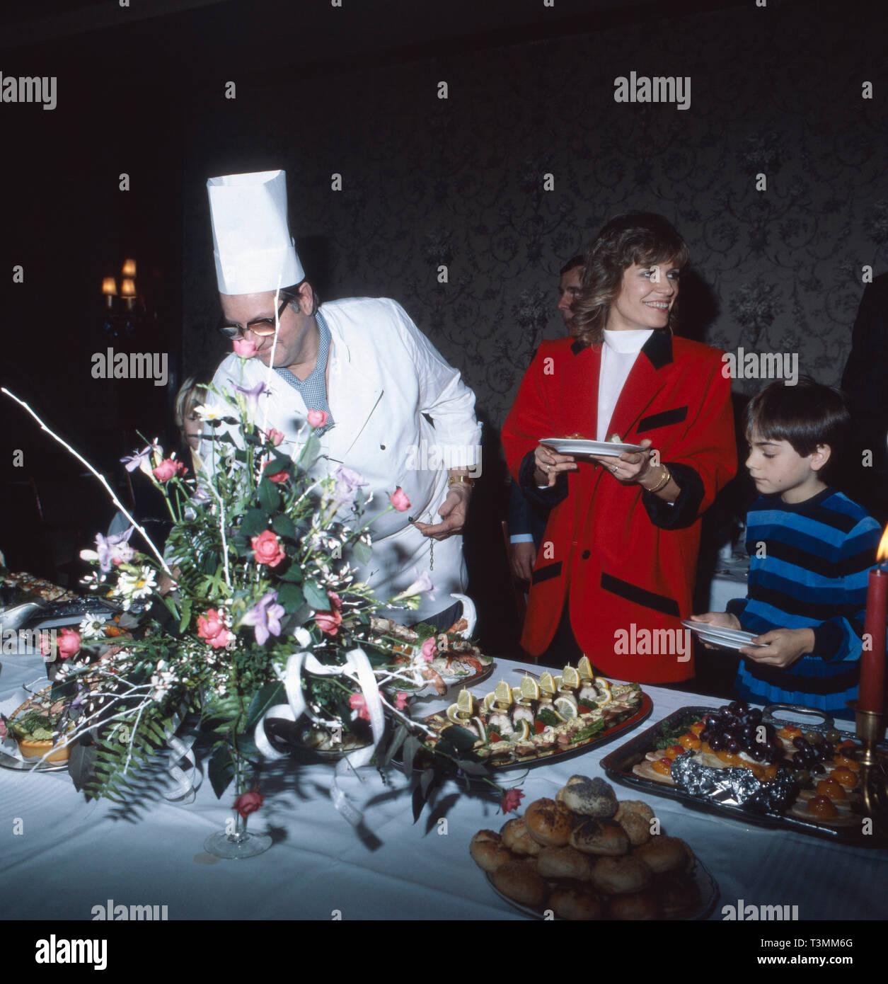 Schlagersängerin Mary Roos am Büfett an ihrem Hochzeitstag mit Werner Böhm, deutscher Sänger und Musiker, Deutschland 1981. Schlager singer Mary Roos having a snack at her wedding day with Werner Boehm, German singer and musician, Germany 1981. Stock Photo