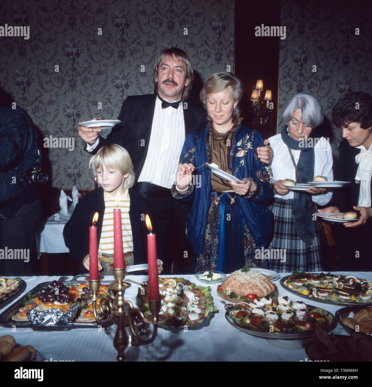 Werner Böhm, deutscher Sänger und Musiker, am Tag seiner Heirat mit Schlagersängerin Mary Roos (nicht im Bild), Deutschland 1981. German singer and musician on the day of his marriage with schlager singer Mary Roos (nt in the photo), Germany 1981. Stock Photo