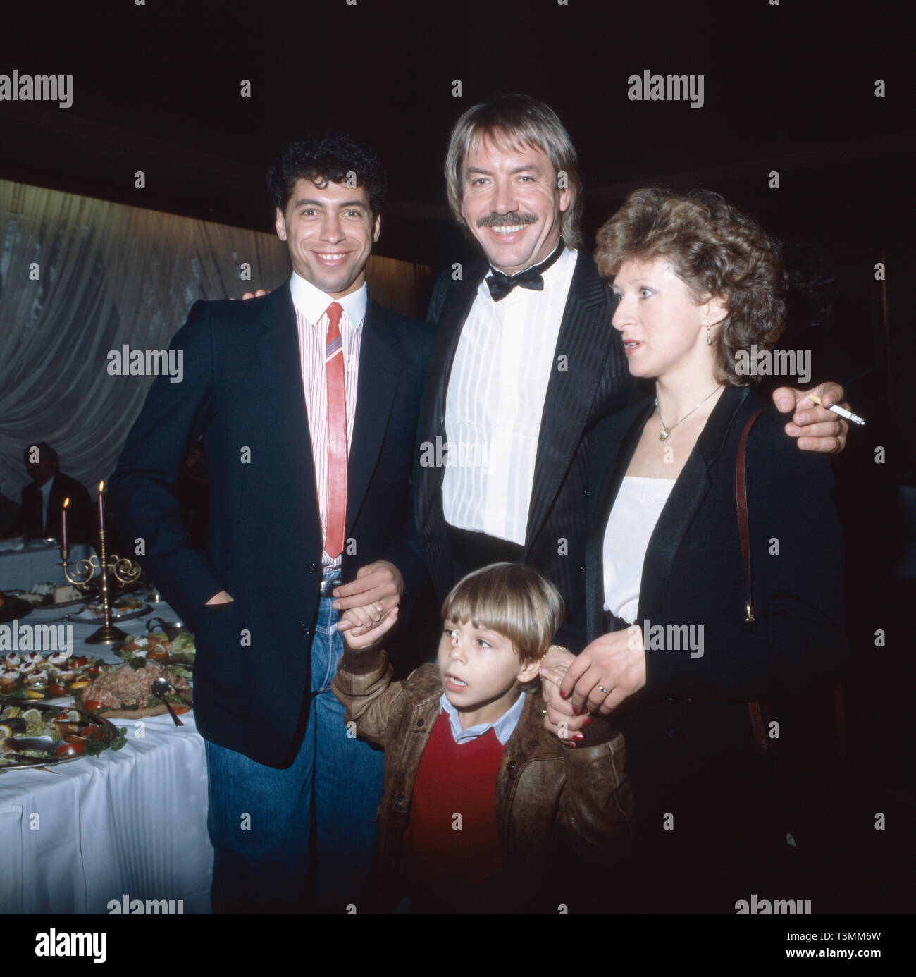 Werner Böhm, deutscher Sänger und Musiker, am Tag seiner Heirat mit Schlagersängerin Mary Roos (nicht im Bild), Deutschland 1981. German singer and musician on the day of his marriage with schlager singer Mary Roos (nt in the photo), Germany 1981. Stock Photo