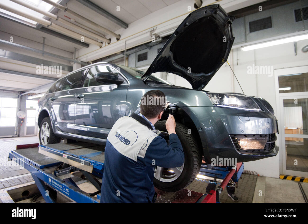 Hannover, Germany. 10th Apr, 2019. An employee from TÜV Nord inspects the shock absorbers of a Skoda Octavia with a TDI diesel engine as part of a HU general inspection. On 11 April 2019, those responsible at TÜV Nord will present the balance sheet report for the past financial year. Credit: Julian Stratenschulte/dpa/Alamy Live News - Stock Image