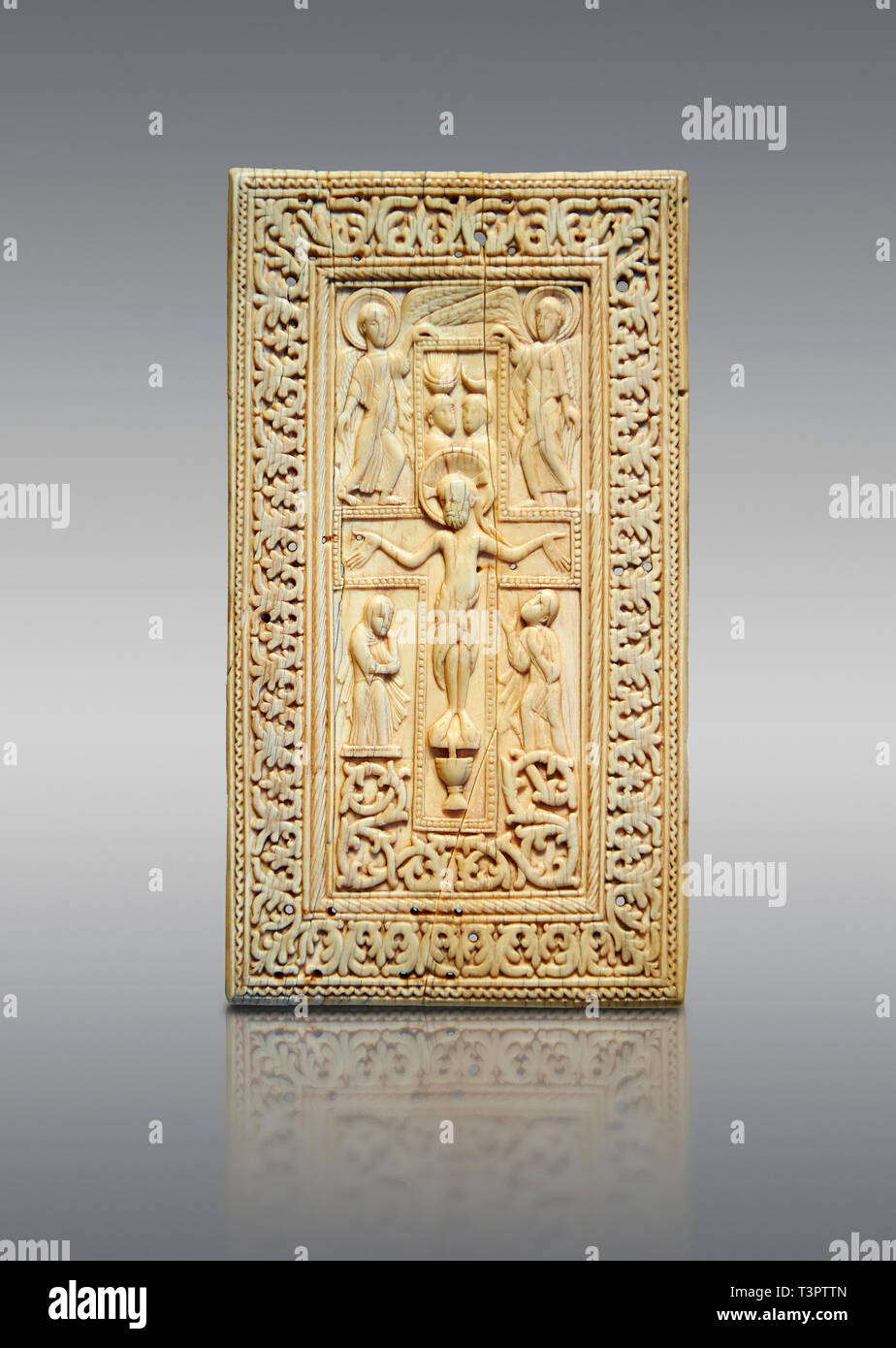 Medieval elephant ivory relief panel depicting the Crucifixtion. From southern Germany or north of Italy, end of 10th or 11th cent. AD. Inv. OA 12231, - Stock Image