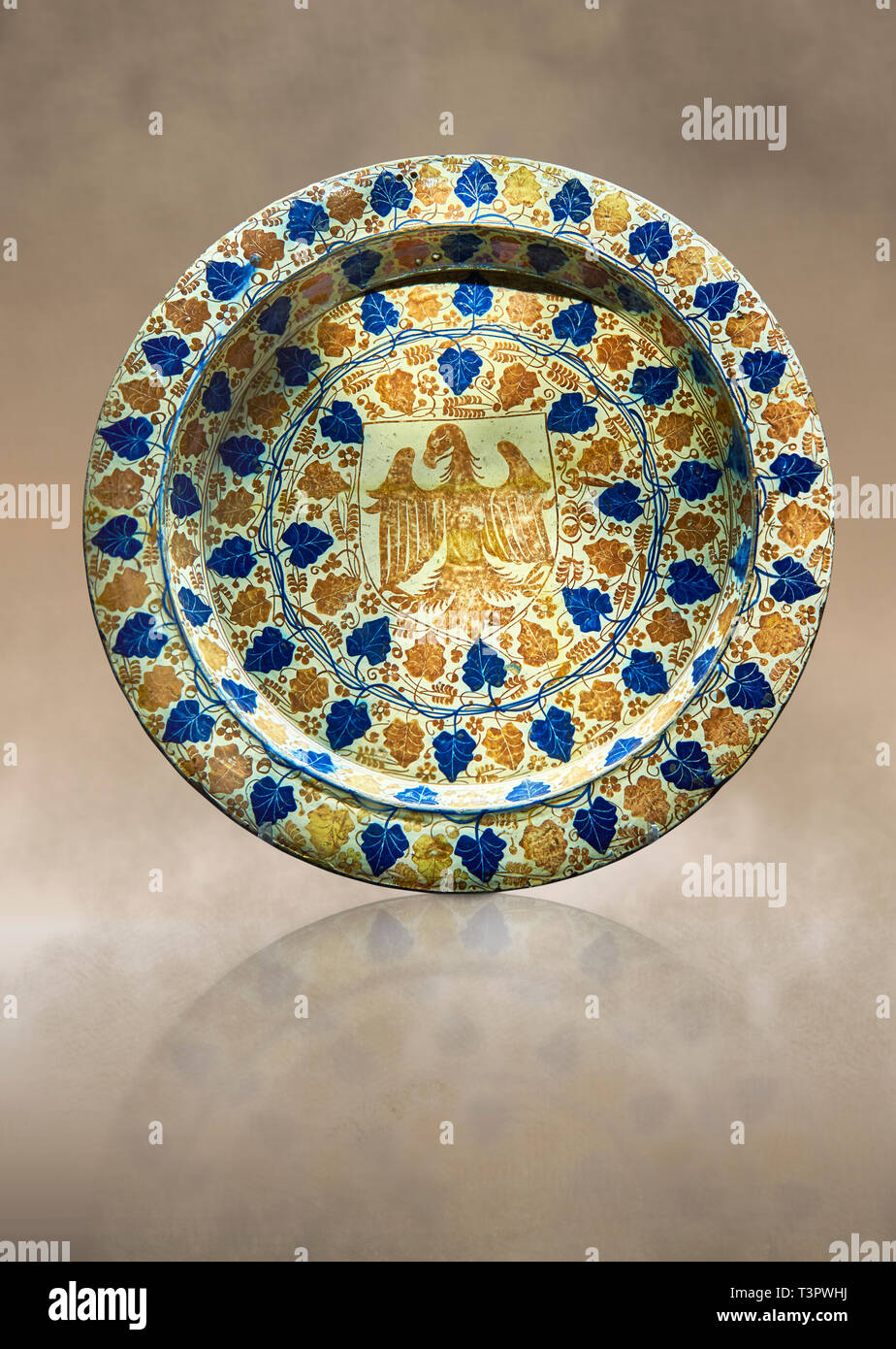 Hispano-Moresque ware dish with an eagle motif. Faience lustre ware, an islamic pottery style produced in Manises, Al Andalus, present day Spain in th - Stock Image