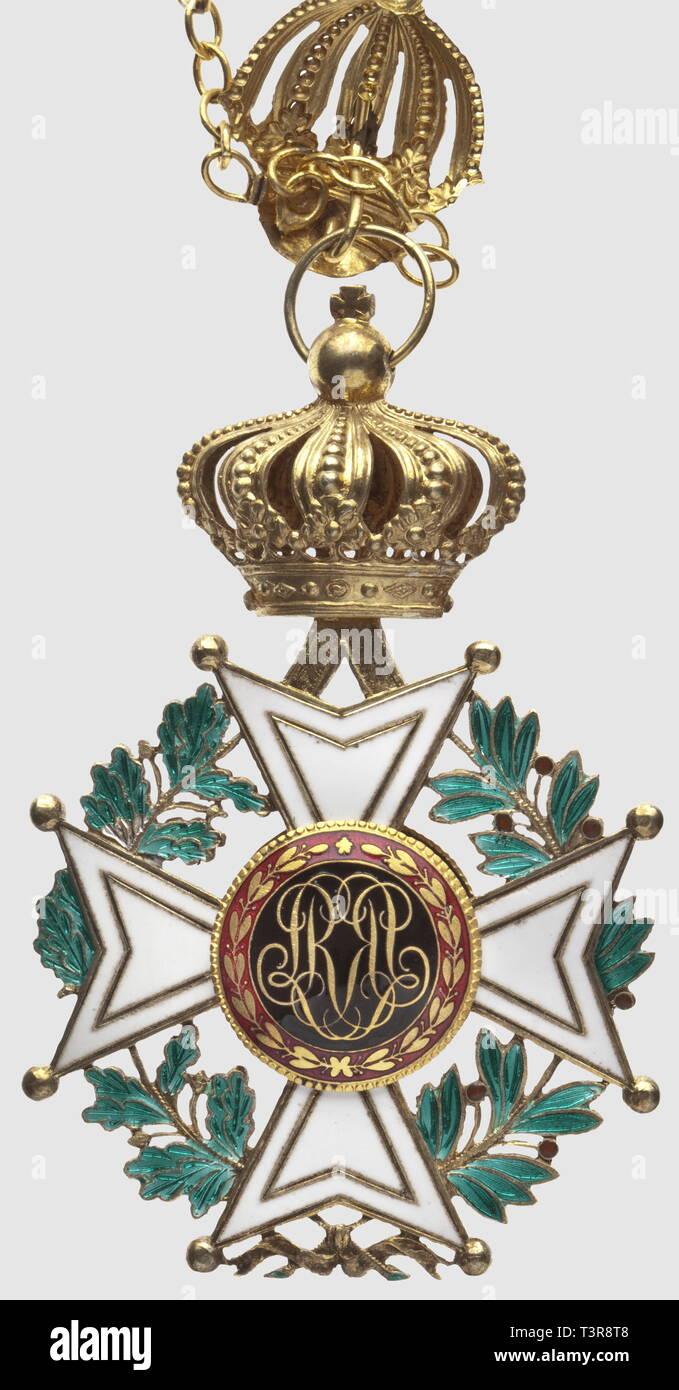 Ordre de Leopold, crée par le premier roi de Belgique Léopold 1er le 11 juillet 1832. 2ème modèle (1832 à 1951) Grand Collier de l'Ordre, type à couronne (1832 - 1835), doré, composé de 9 monogrammes 'LL. RR' et de 9 couronnes flanquées par 18 lions, longueur totale 1,30 mètre. Le collier est coupé en 3 parties, et comporte 3 cassures. Croix du type 1900/1910. Dos du bijou sans lettre centrale, devise 'l'union fait la force', 90 x 65mm, Additional-Rights-Clearance-Info-Not-Available - Stock Image