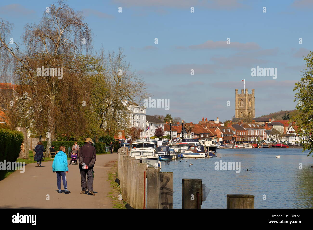Walkers strolling along the river Thames towpath at Henley-on-Thames, UK - Stock Image