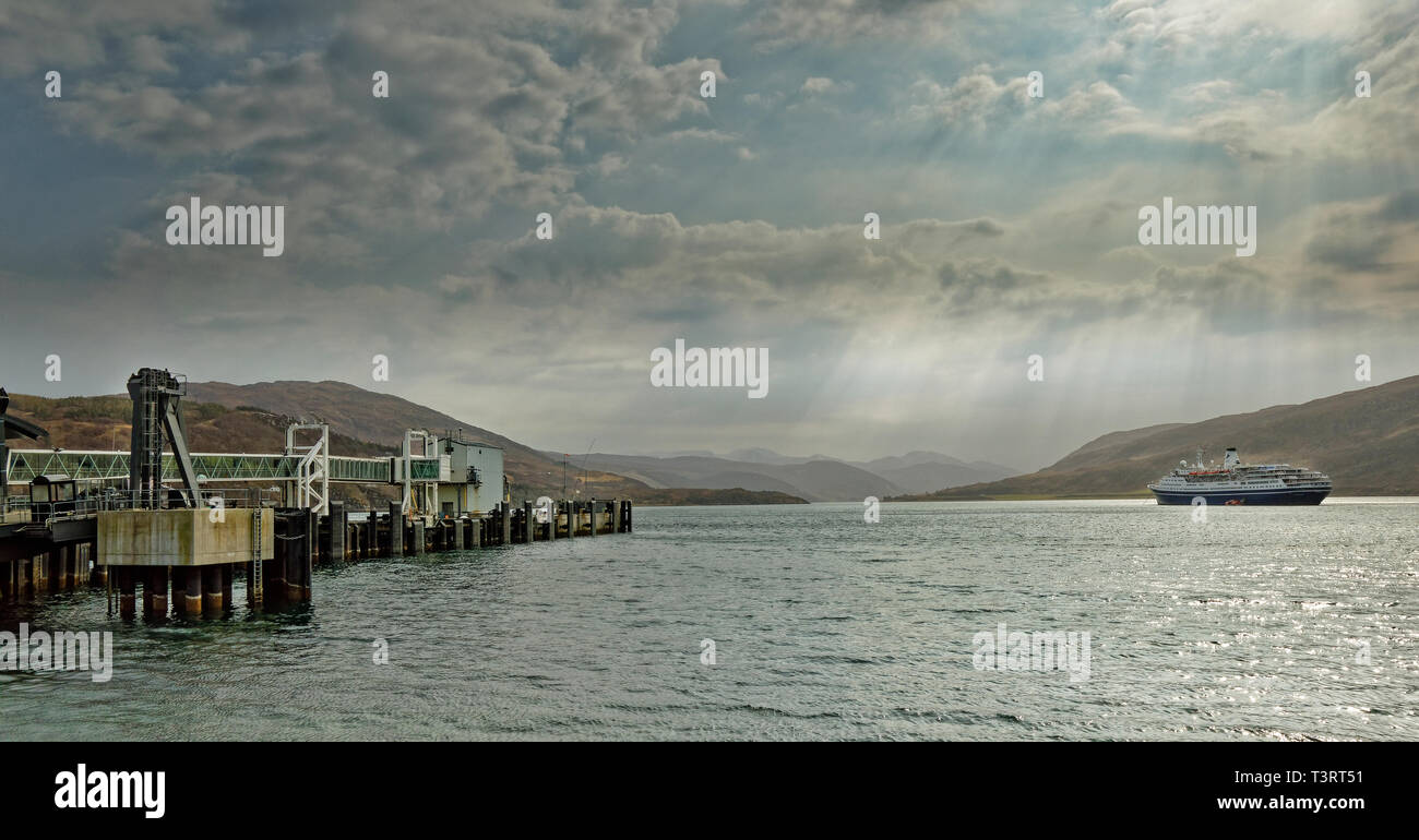ULLAPOOL ROSS AND CROMARTY SCOTLAND FERRY TERMINAL AND LINER OR CRUISE SHIP MARCO POLO ANCHORED OFF ULLAPOOL IN LOCH BROOM - Stock Image